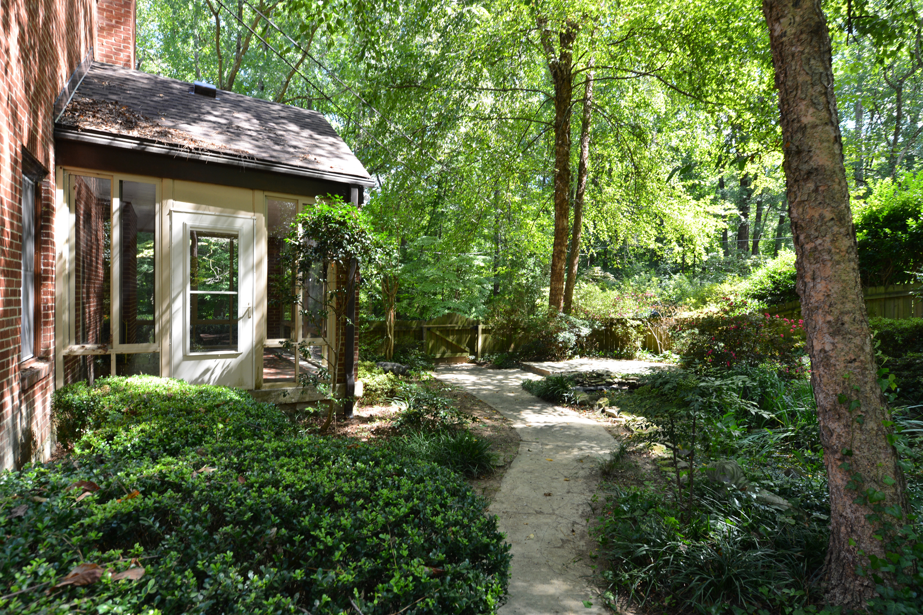 Additional photo for property listing at Charming Morningside Brick Home On The Park 1346 Beech Valley Road NE Atlanta, Georgië 30306 Verenigde Staten