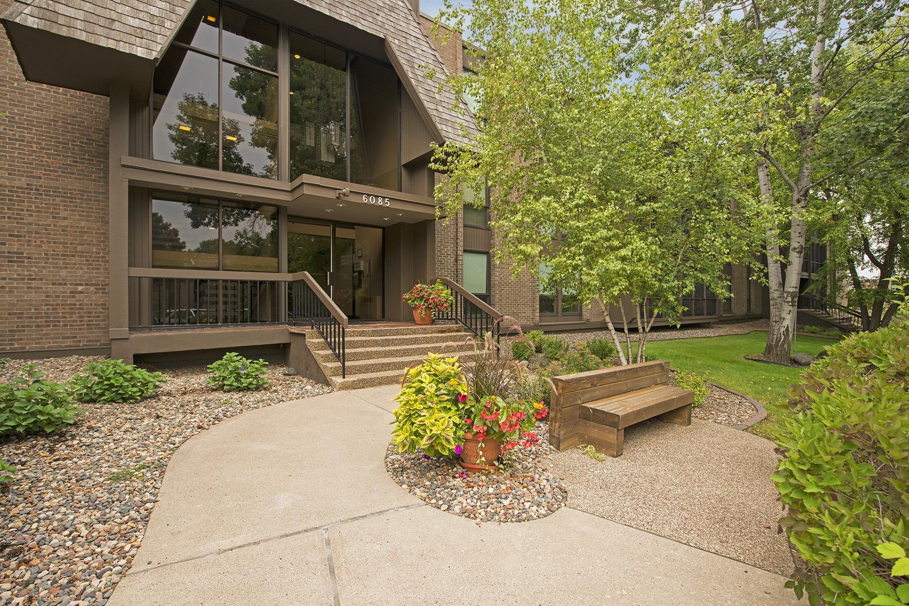 Condomínio para Venda às 6085 Lincoln Drive #322 Edina, Minnesota 55436 Estados Unidos