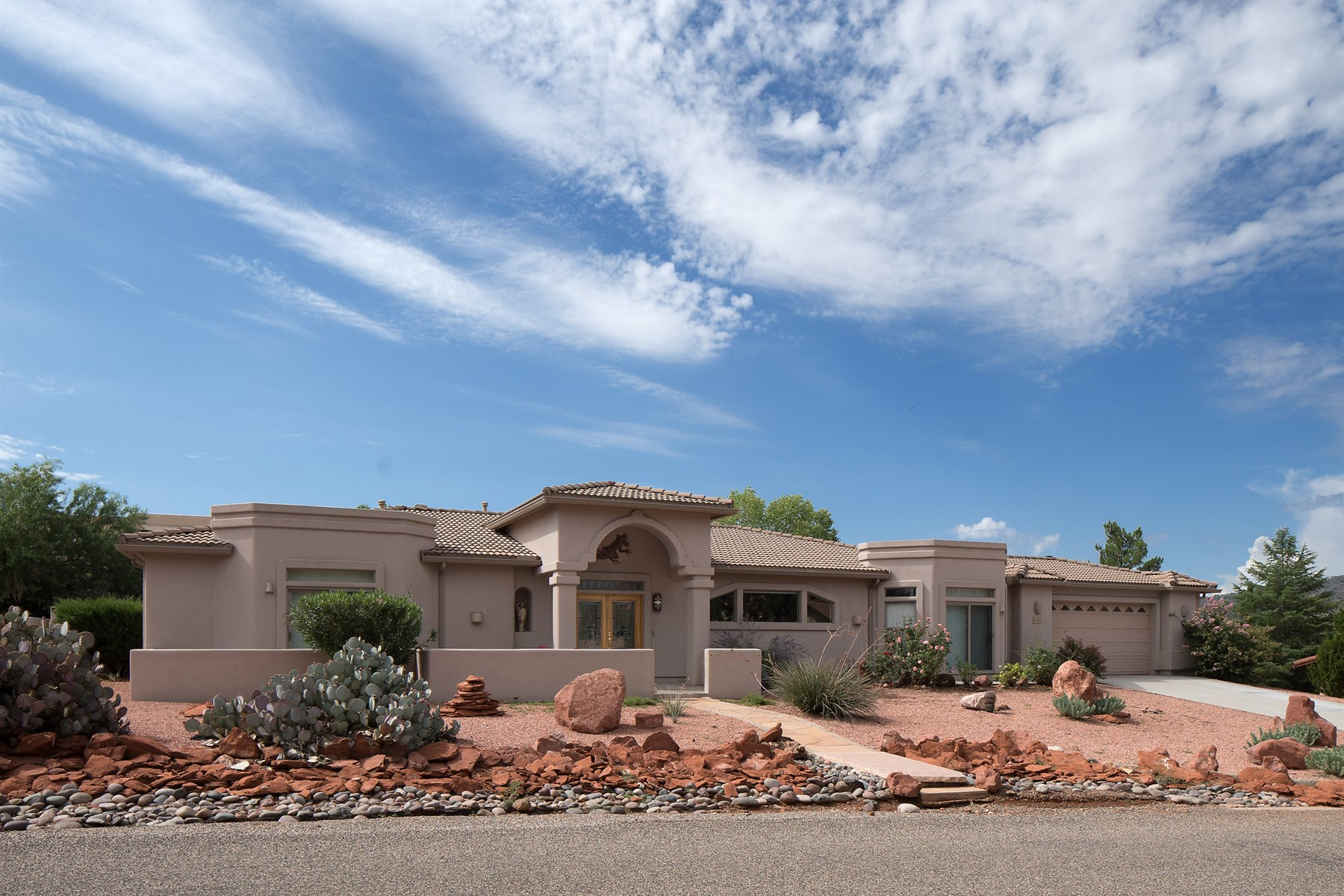 Single Family Home for Sale at Beautiful single level custom built home 285 Concho Drive Sedona, Arizona, 86351 United States