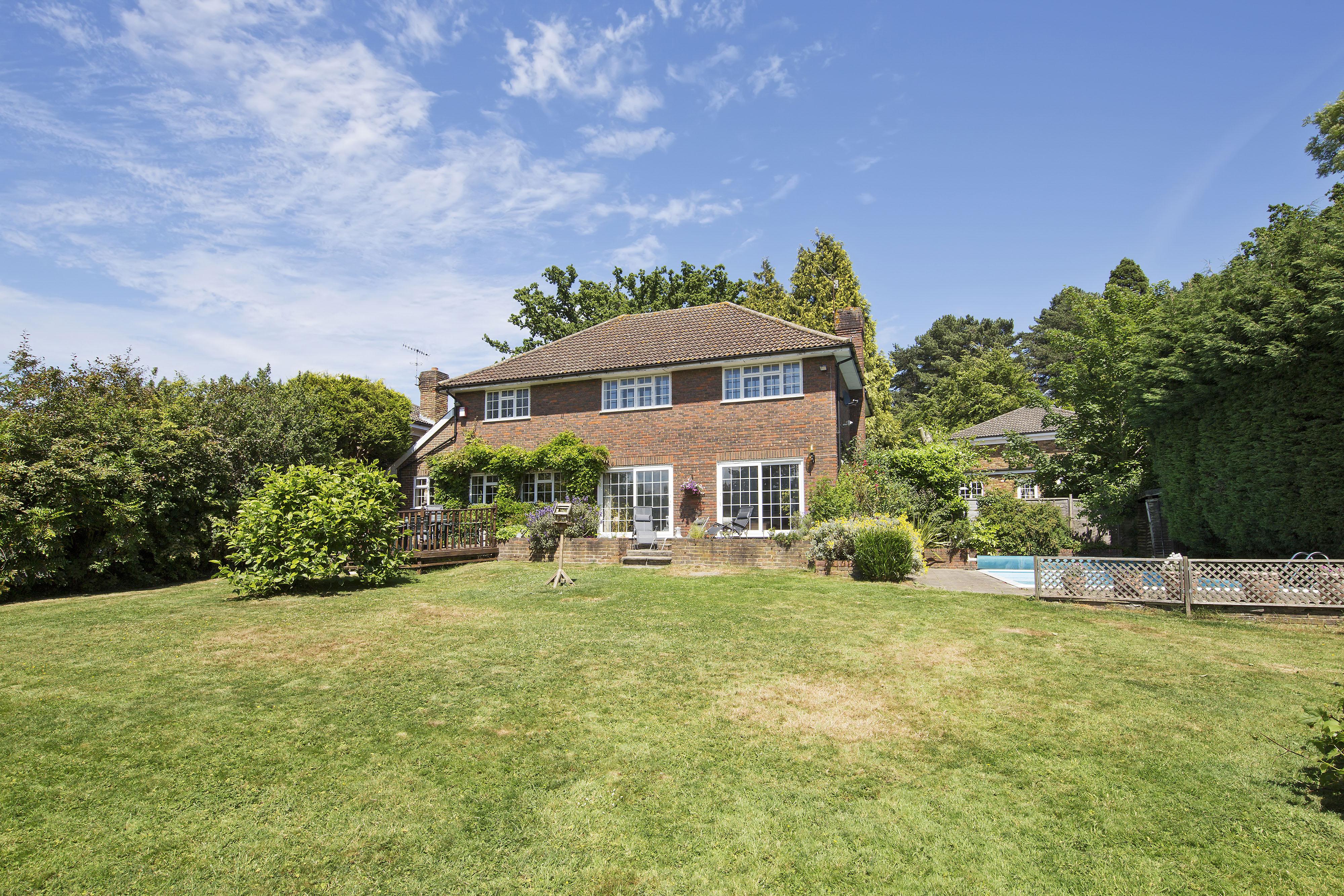 Villa per Vendita alle ore Oxshott Old Farmhouse Drive Oxshott, Inghilterra KT220EY Regno Unito