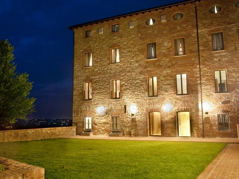 Частный односемейный дом для того Продажа на Wonderful 1750 property with breathtaking view Vignale Monferrato Vignale Monferrato, Alessandria 20110 Италия