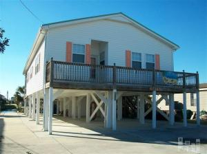 Casa para uma família para Venda às Newly upgraded private canal front property 6049 6th Street Surf City, Carolina Do Norte, 28445 Estados Unidos