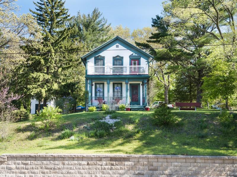 Vivienda unifamiliar por un Venta en A Victorian Home With Views of Pentwater Lake 388 E. Sixth Street Pentwater, Michigan 49449 Estados Unidos