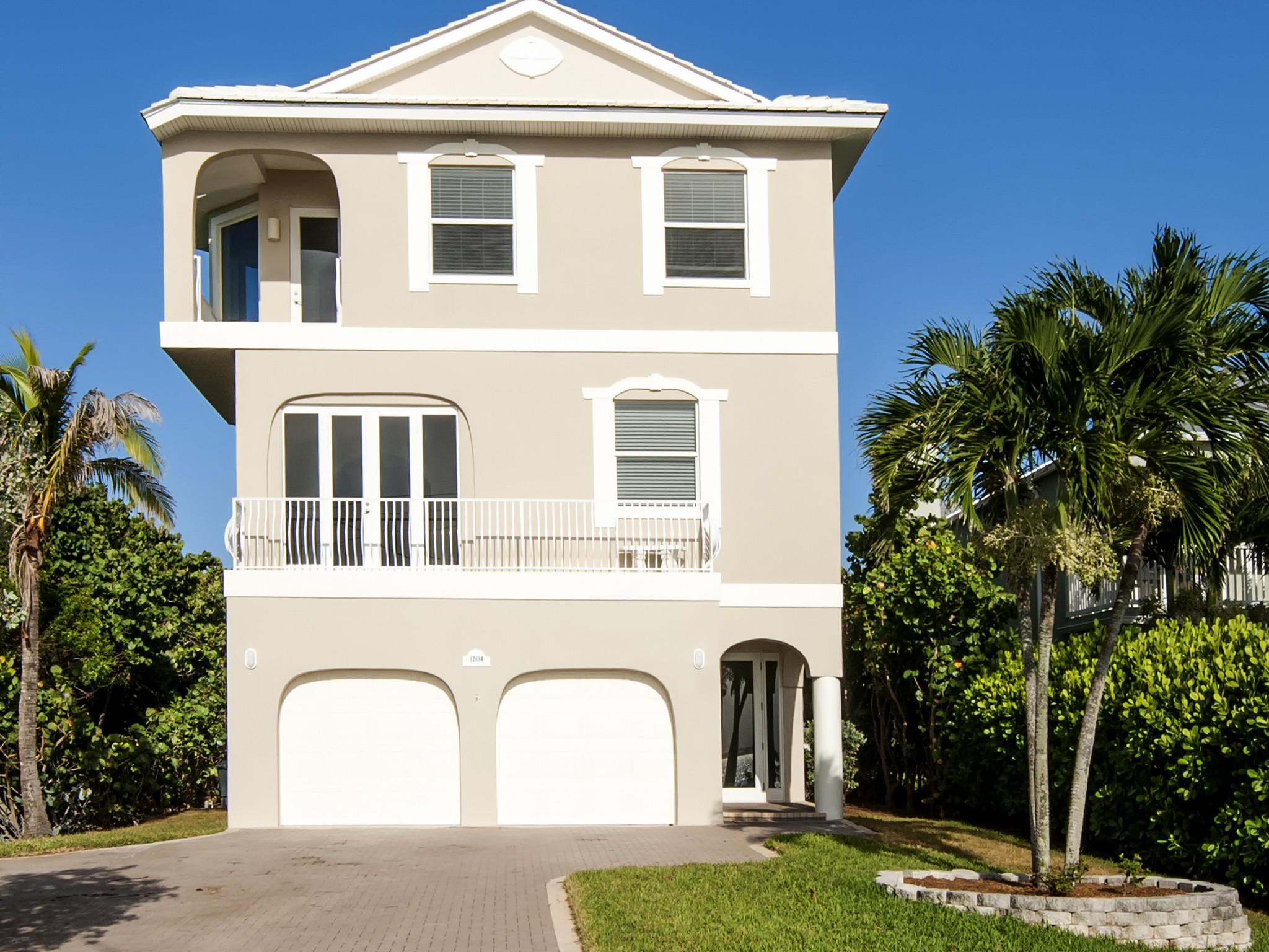 独户住宅 为 销售 在 Beautiful Ocean to River Home in Ambersand Beach 12894 Highway A1A Vero Beach, 佛罗里达州 32963 美国