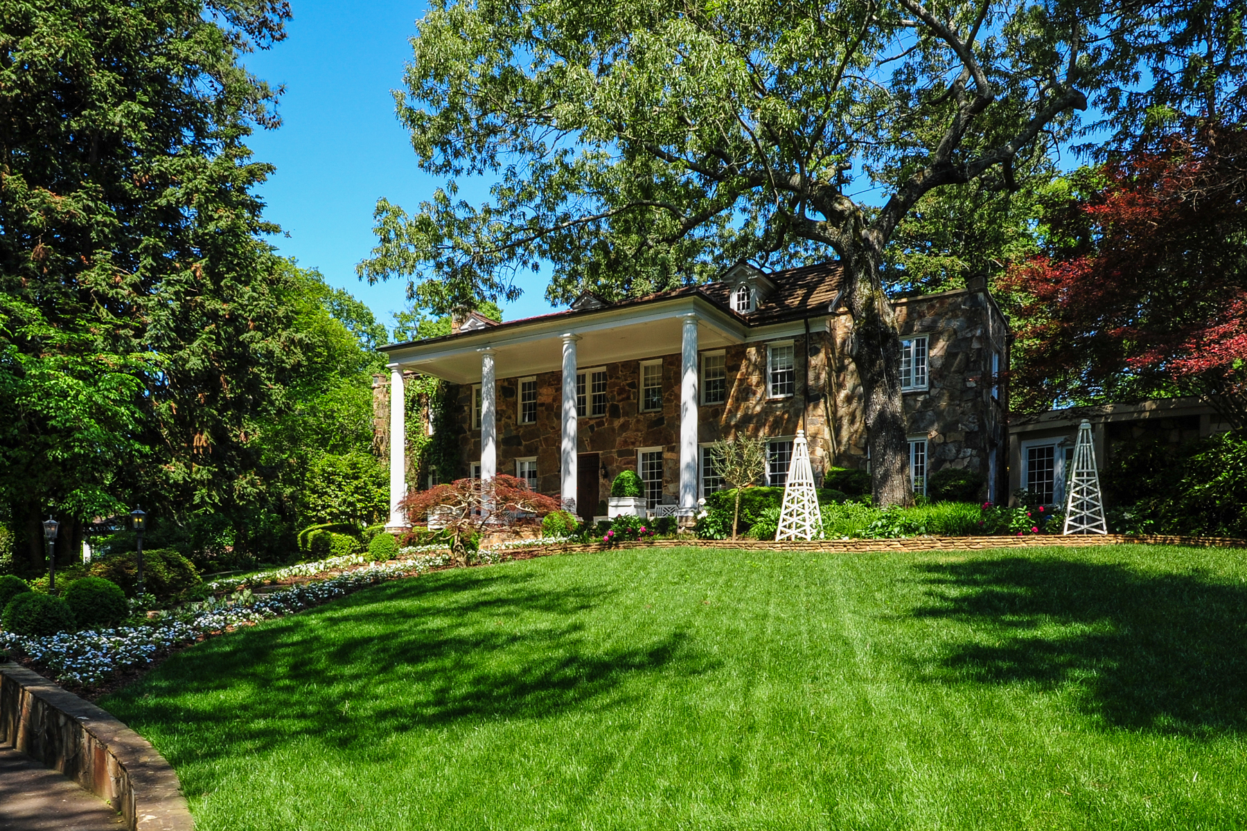 Villa per Vendita alle ore Custom Restoration, Award Winning Gardens 1295 Heards Ferry Road NW Sandy Springs, Georgia, 30328 Stati Uniti