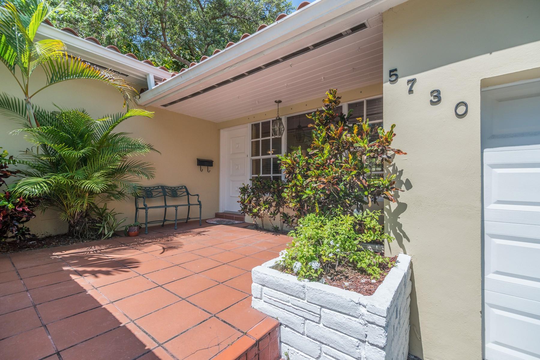단독 가정 주택 용 매매 에 5730 San Vicente St Coral Gables, 플로리다 33146 미국