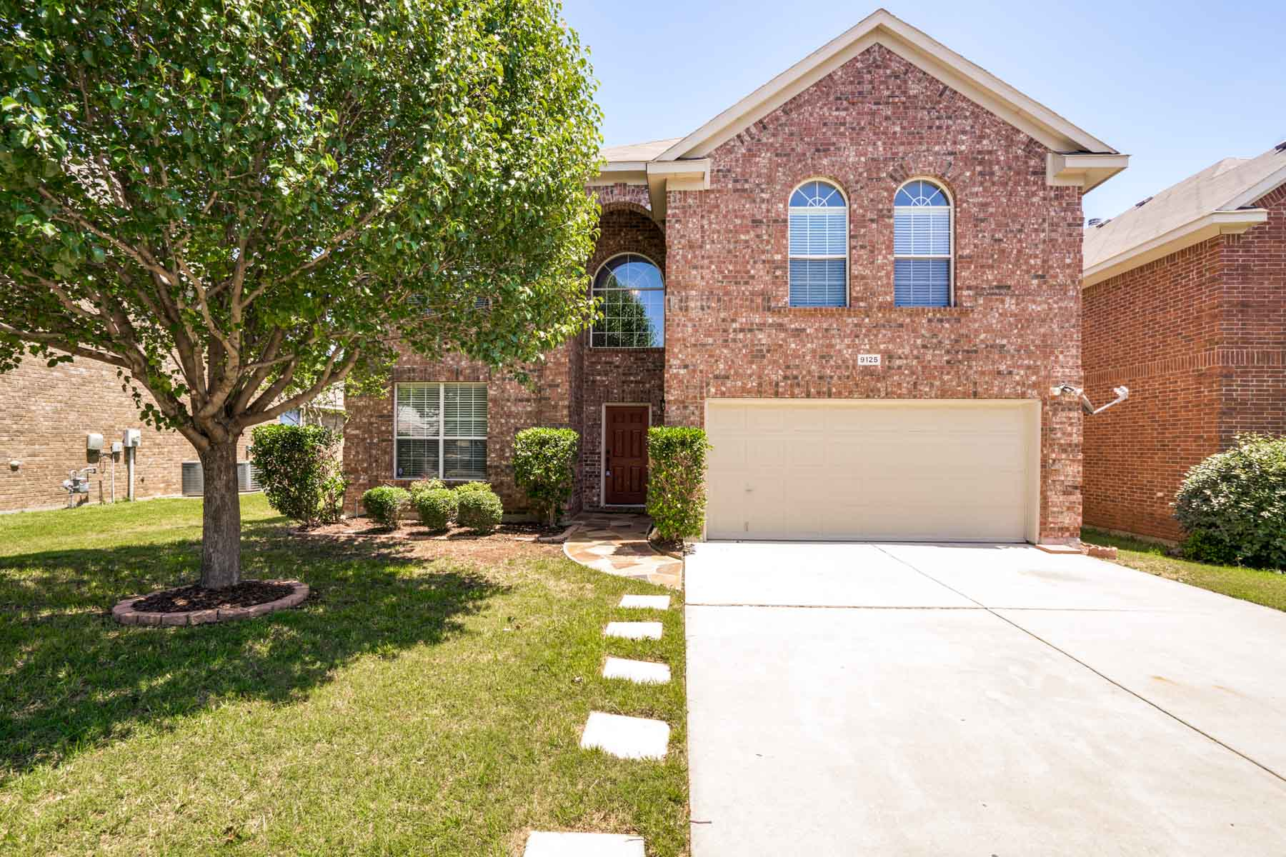 Maison unifamiliale pour l Vente à Beautifully Updated in Summer Creek Ranch 9125 Friendswood Drive Fort Worth, Texas, 76123 États-Unis