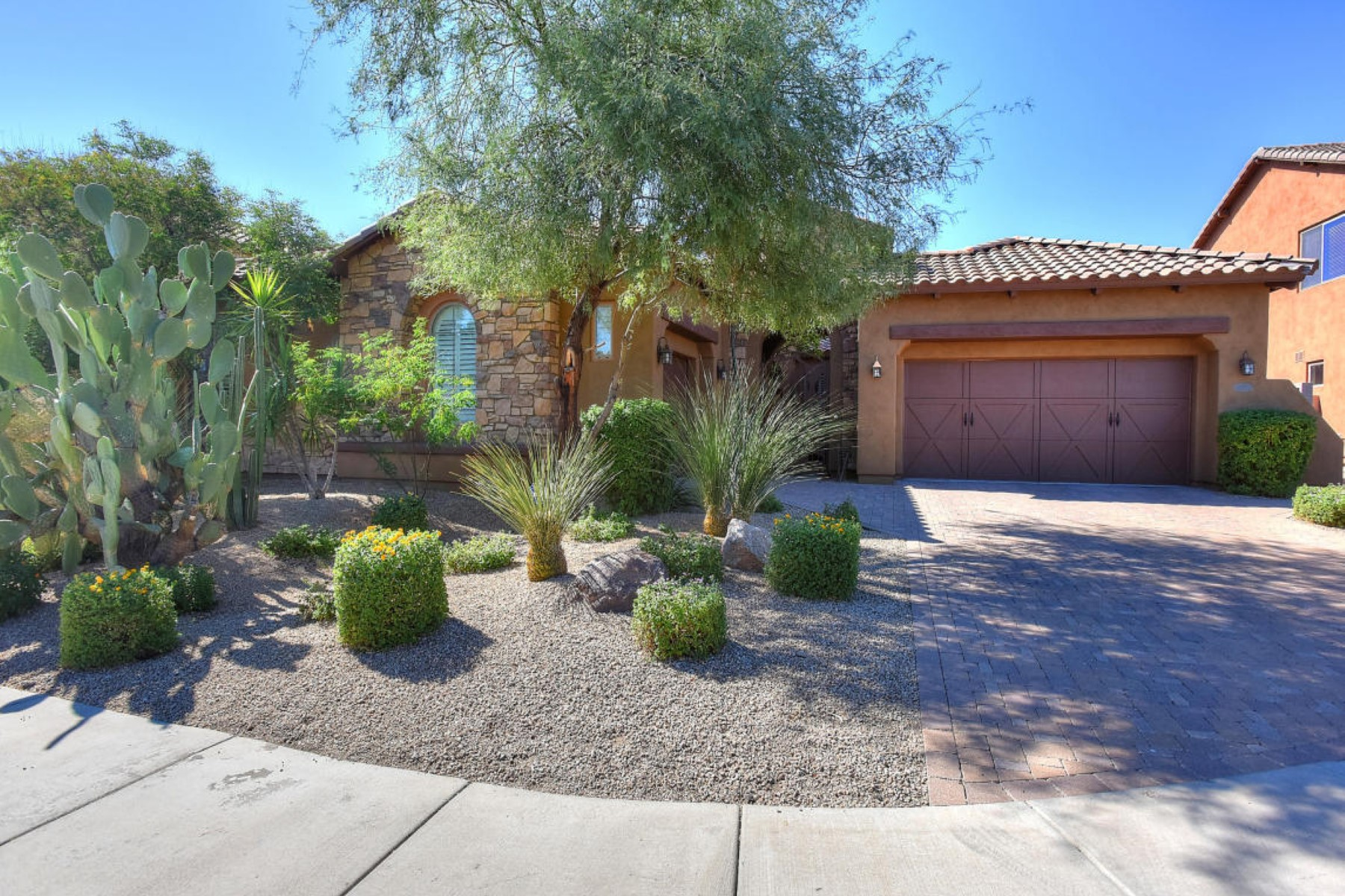 Casa para uma família para Venda às Elegantly appointed home in premium neighborhood of Aviano 3935 E Nocona Ln Phoenix, Arizona 85050 Estados Unidos