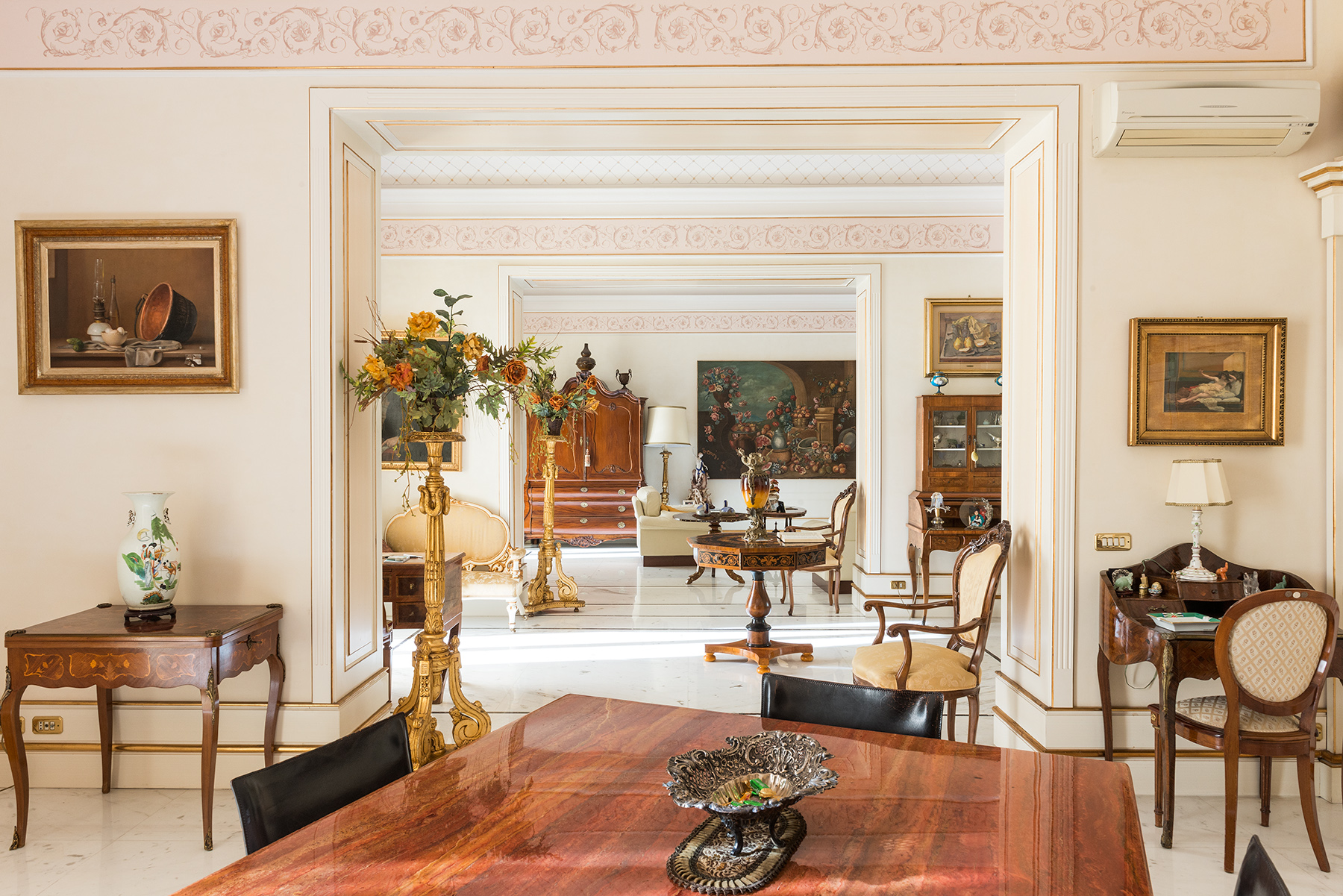 Additional photo for property listing at Magnificent classical style apartment Via Vittoria Colonna Napoli, Naples 80121 Italien