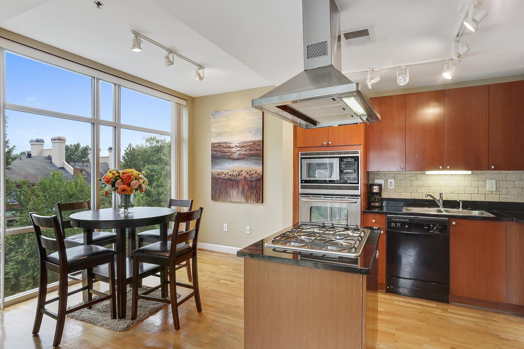 共管式独立产权公寓 为 销售 在 Unique Floor Plan In Peachtree Residences 2626 Peachtree Road NW Unit 411 亚特兰大, 乔治亚州, 30305 美国