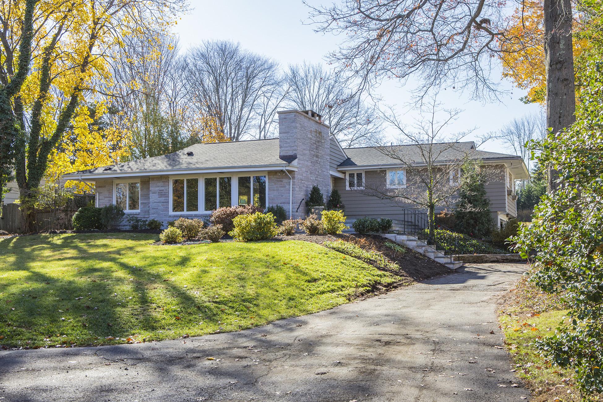 Частный односемейный дом для того Продажа на Classic Mid-Century in Pennington Boro 220 King George Road Pennington, 08534 Соединенные Штаты