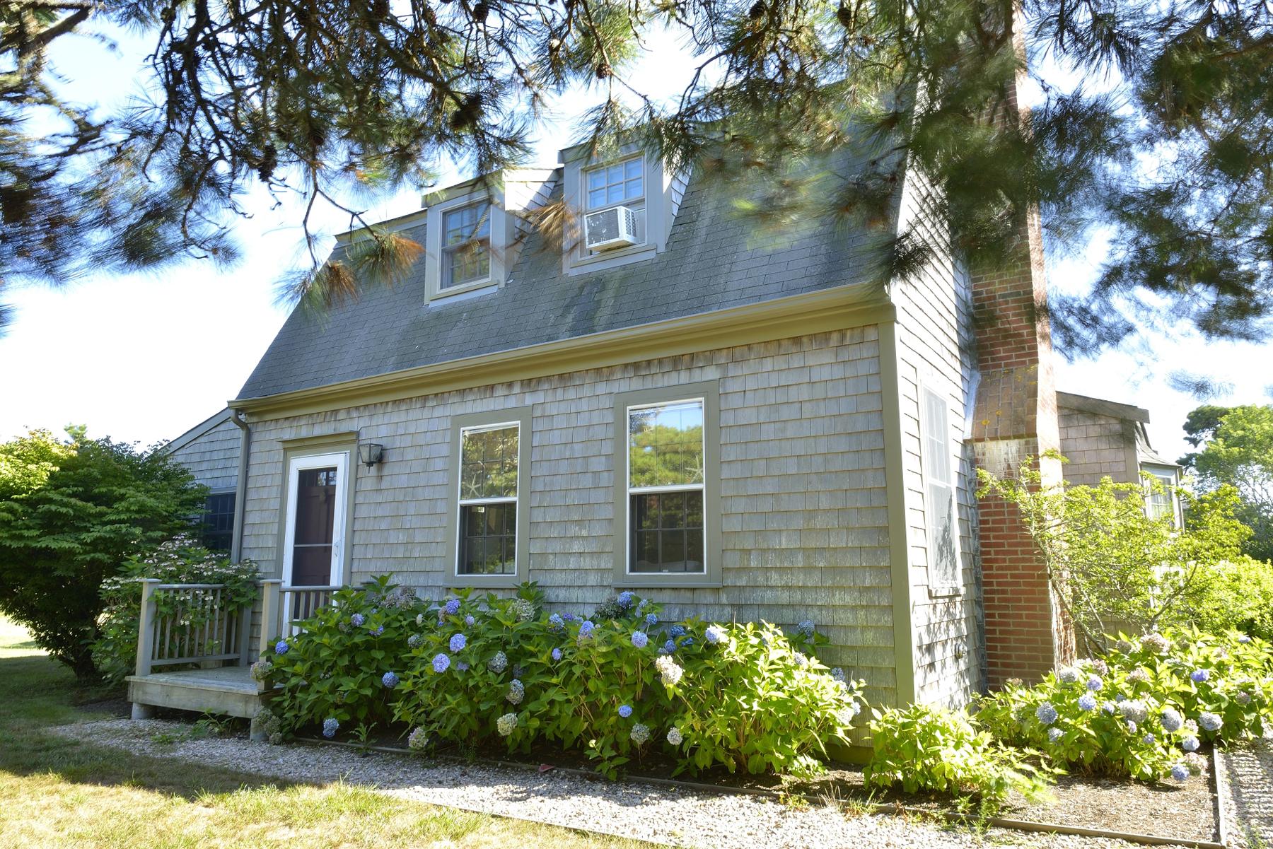 Casa Unifamiliar por un Venta en Surfside Main House and Guest Cottage 15 Masaquet Avenue Nantucket, Massachusetts 02554 Estados Unidos