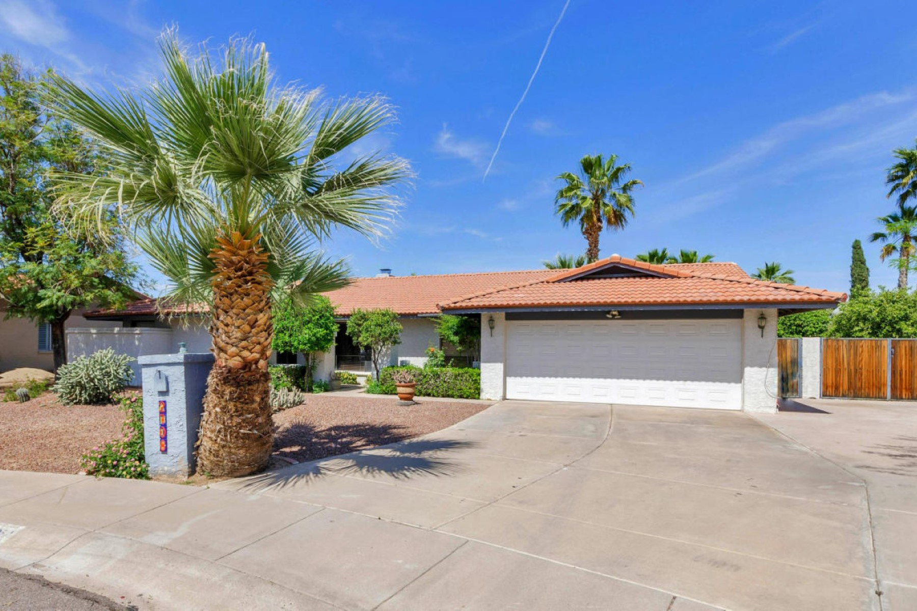 獨棟家庭住宅 為 出售 在 Nicely Updated Phoenix Home in Fabulous Location 2708 E Sunnyside Drive Phoenix, 亞利桑那州 85028 美國