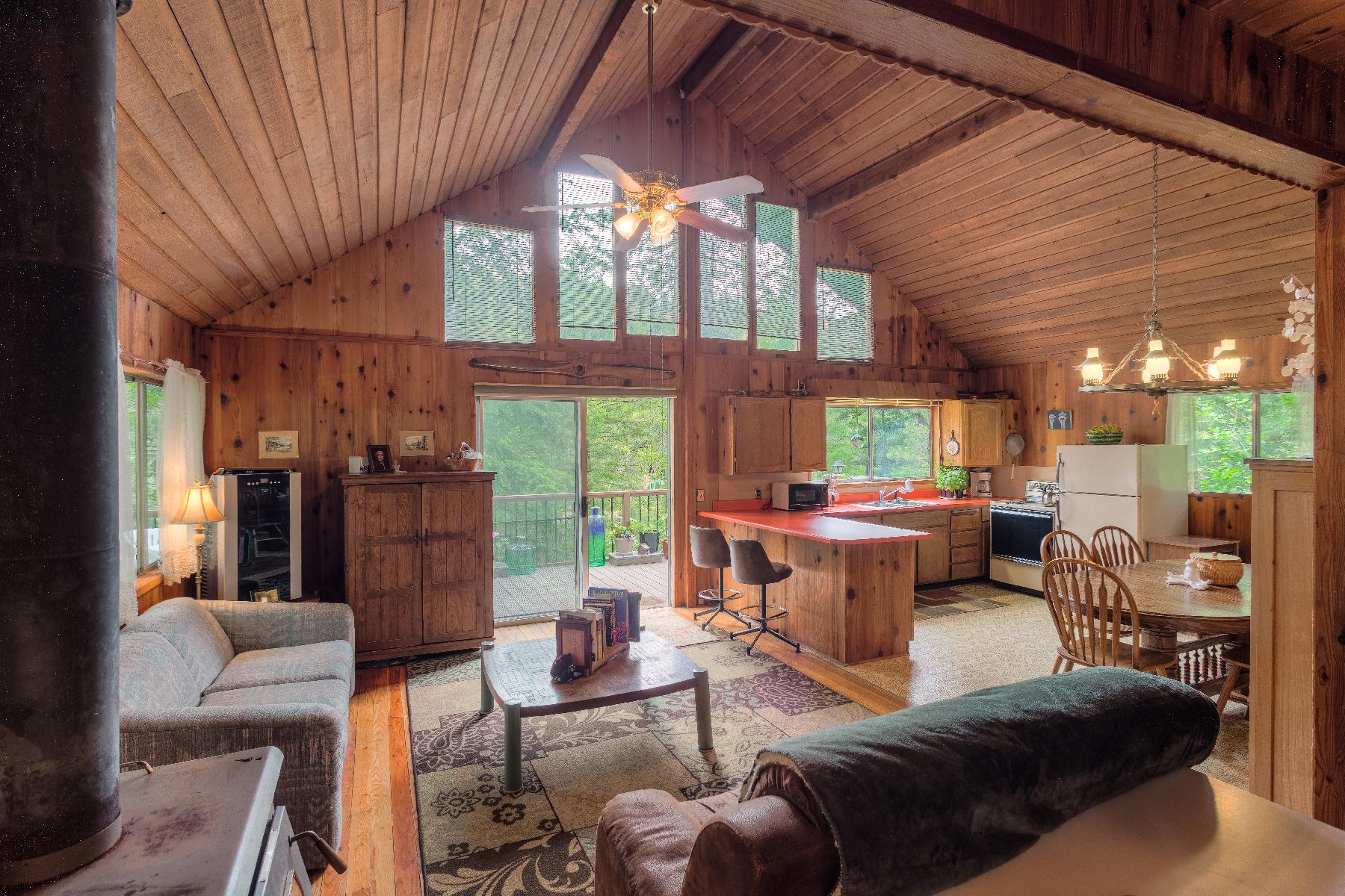 Casa para uma família para Venda às Cozy Lake View Cabin in Powderhorn Bay 42674 S Highway 97 Harrison, Idaho, 83833 Estados Unidos