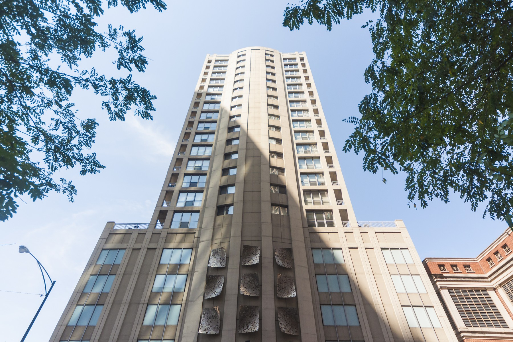 Condominium for Sale at Luxurious And Chic River North Home 600 N Dearborn Street Unit 306 Near North Side, Chicago, Illinois 60654 United States