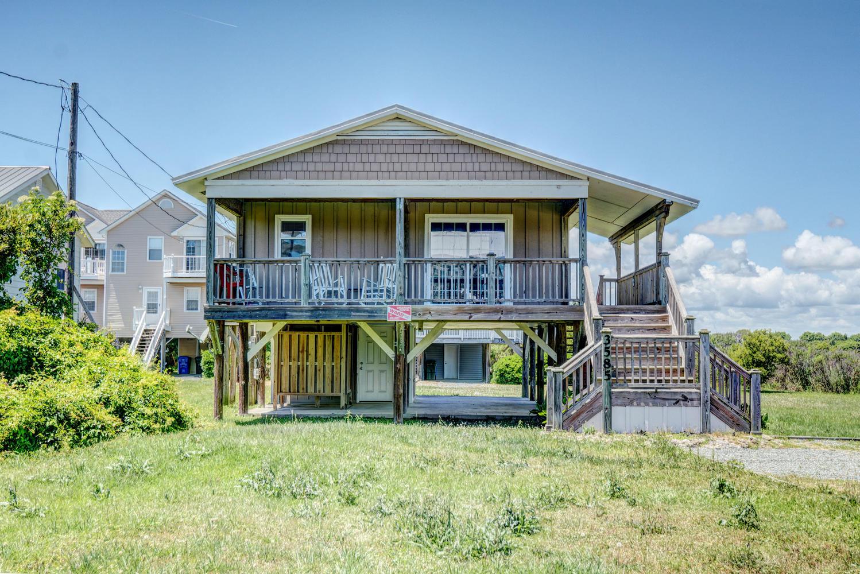 Maison unifamiliale pour l Vente à Captivating Cottage Charm 3585 Island Drive N Topsail Beach, Carolina Du Nord, 28460 États-Unis