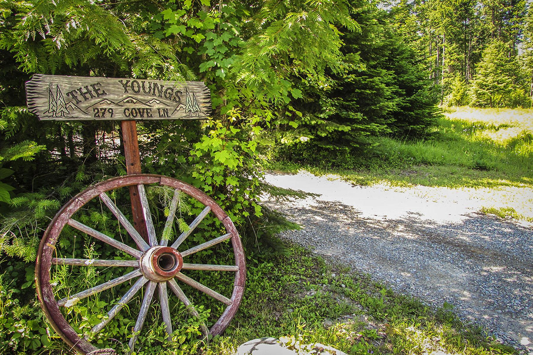 Частный односемейный дом для того Продажа на Charming Two Story Country Home 279 Cove Lane Moyie Springs, Айдахо 83845 Соединенные Штаты