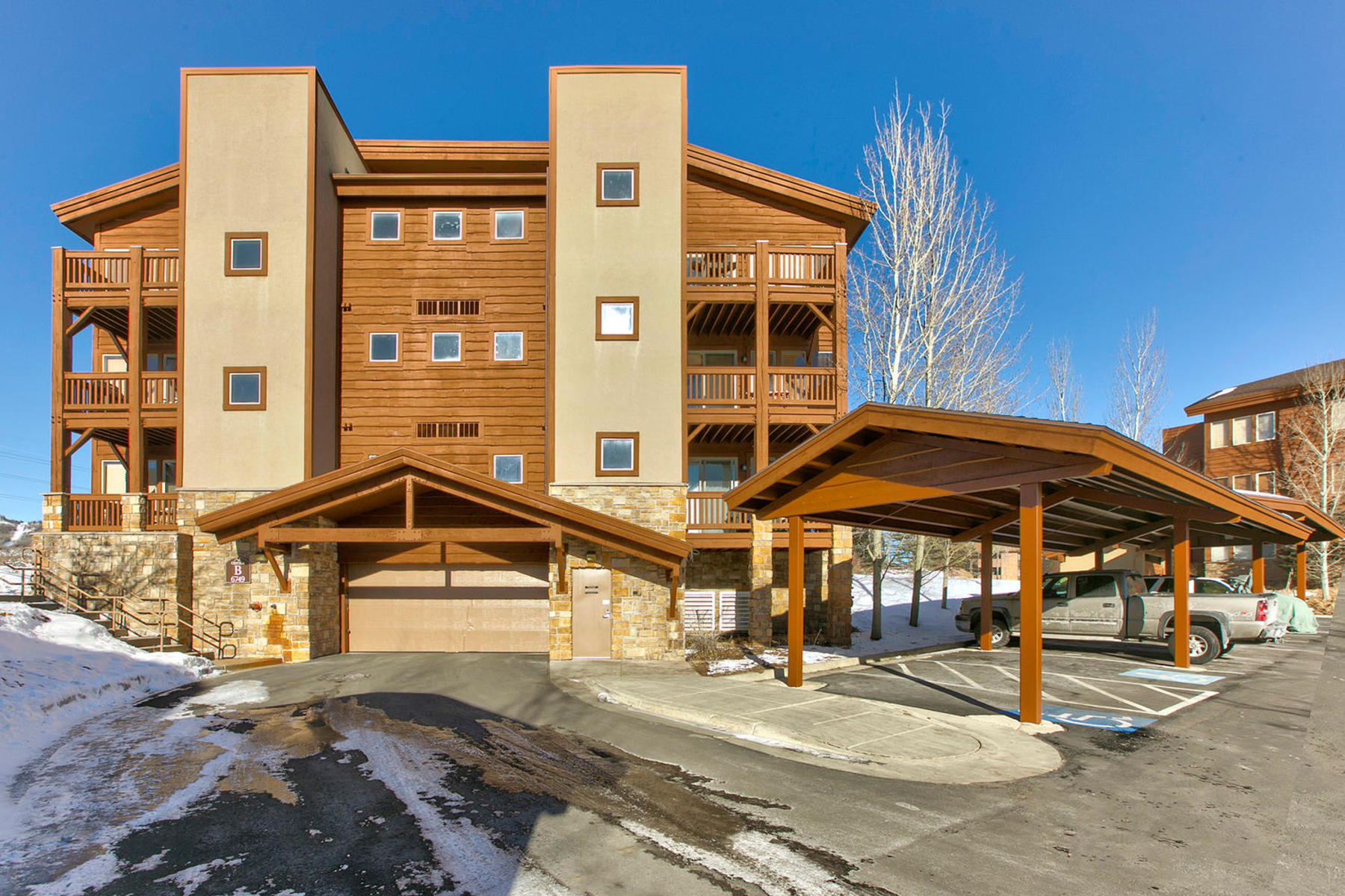 Copropriété pour l Vente à Stunning Views with Lots of Sunshine 6749 North 2200 West #B-205 Park City, Utah 84098 États-Unis