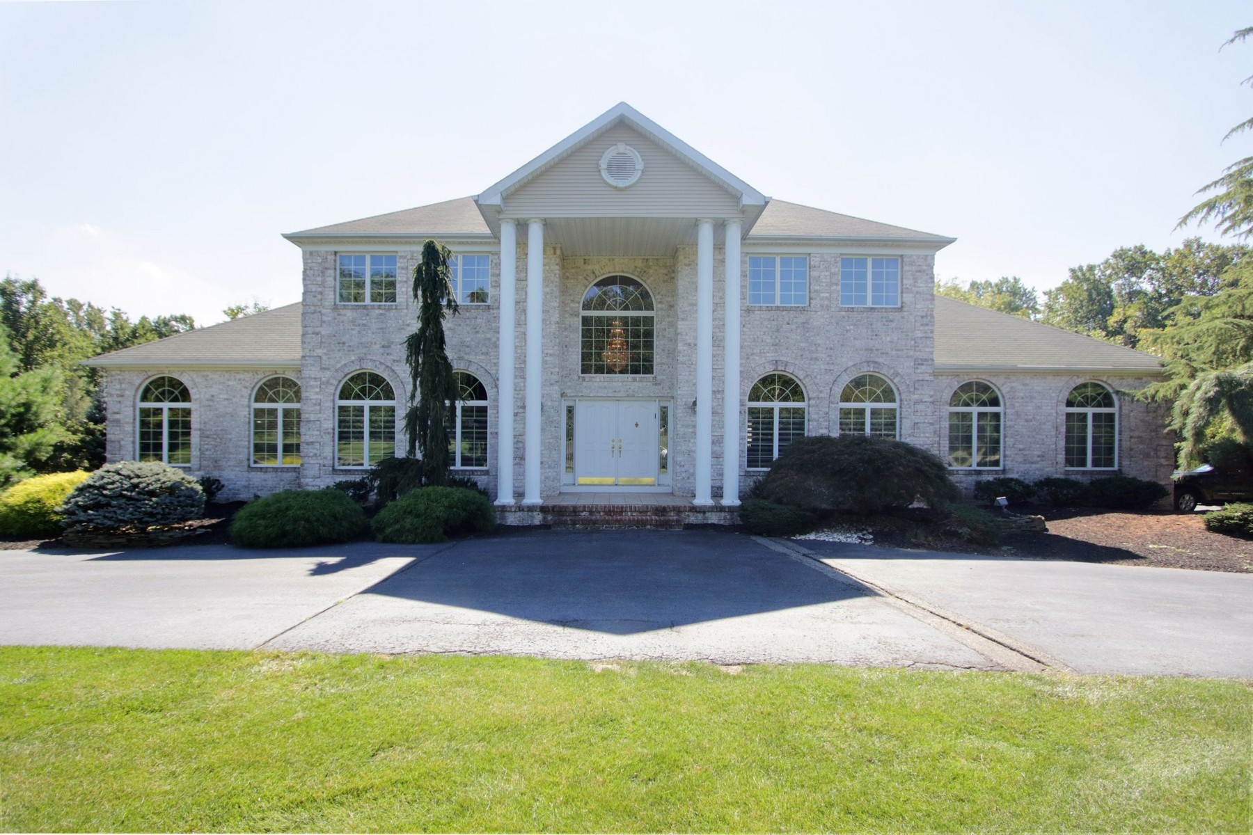 Moradia para Venda às Welcome to your own private Shangri-la! 16 Riverside Lane Holmdel, Nova Jersey 07733 Estados Unidos