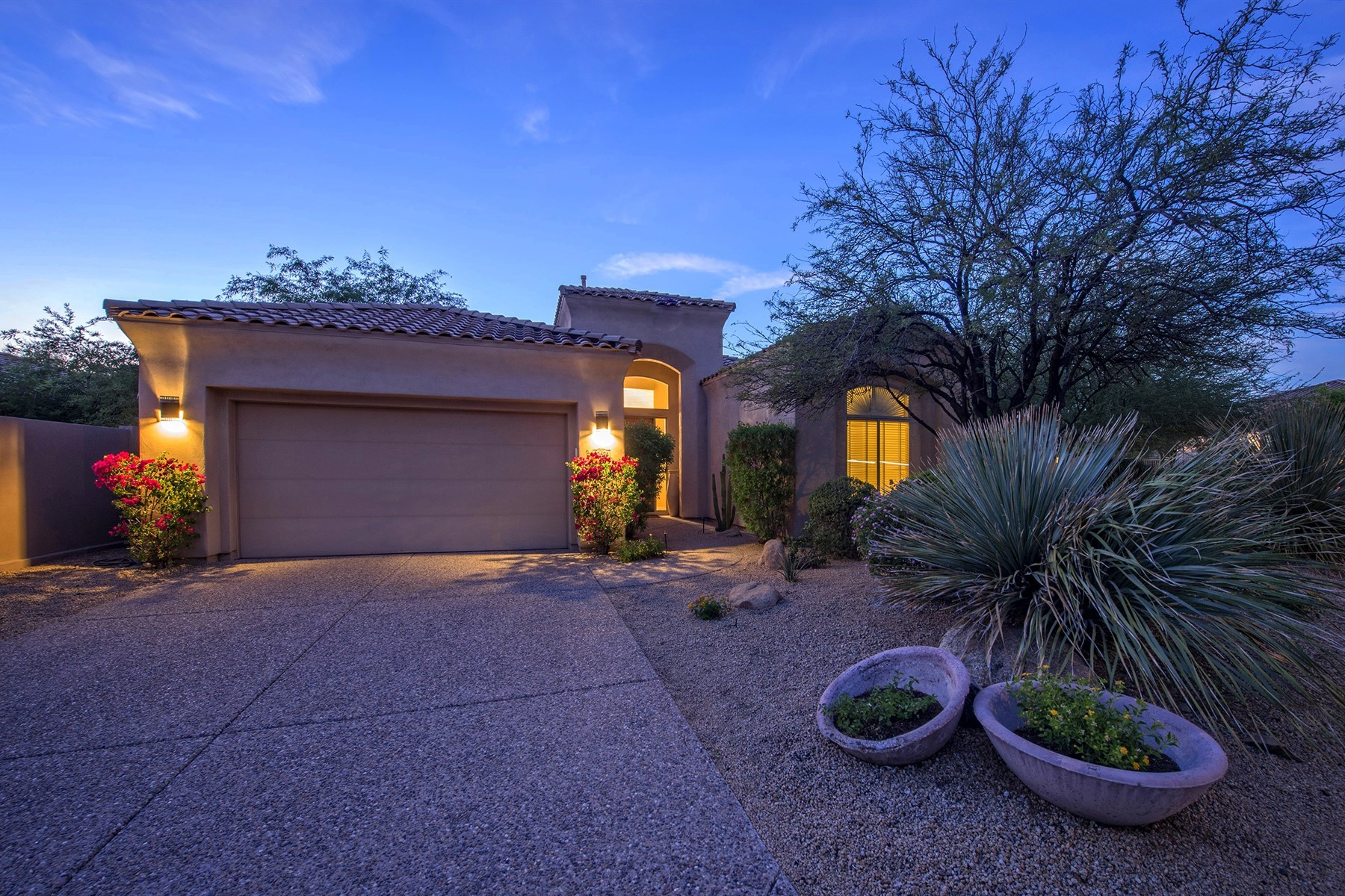 Vivienda unifamiliar por un Venta en Corner lot home in guard gated community of Cimarron Hills 10674 E Blanche Dr Scottsdale, Arizona 85255 Estados Unidos