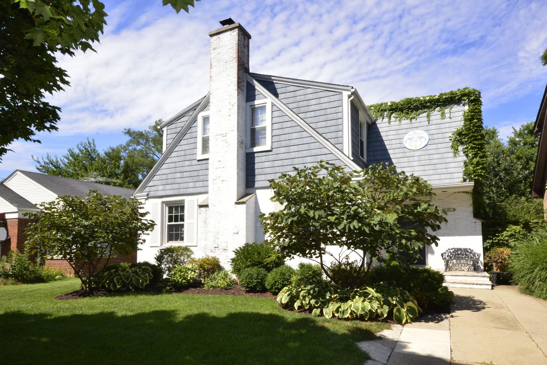 Casa para uma família para Venda às Wonderful White-Washed Brick And Frame Cape Cod 1615 Cleveland Street Evanston, Illinois, 60202 Estados Unidos