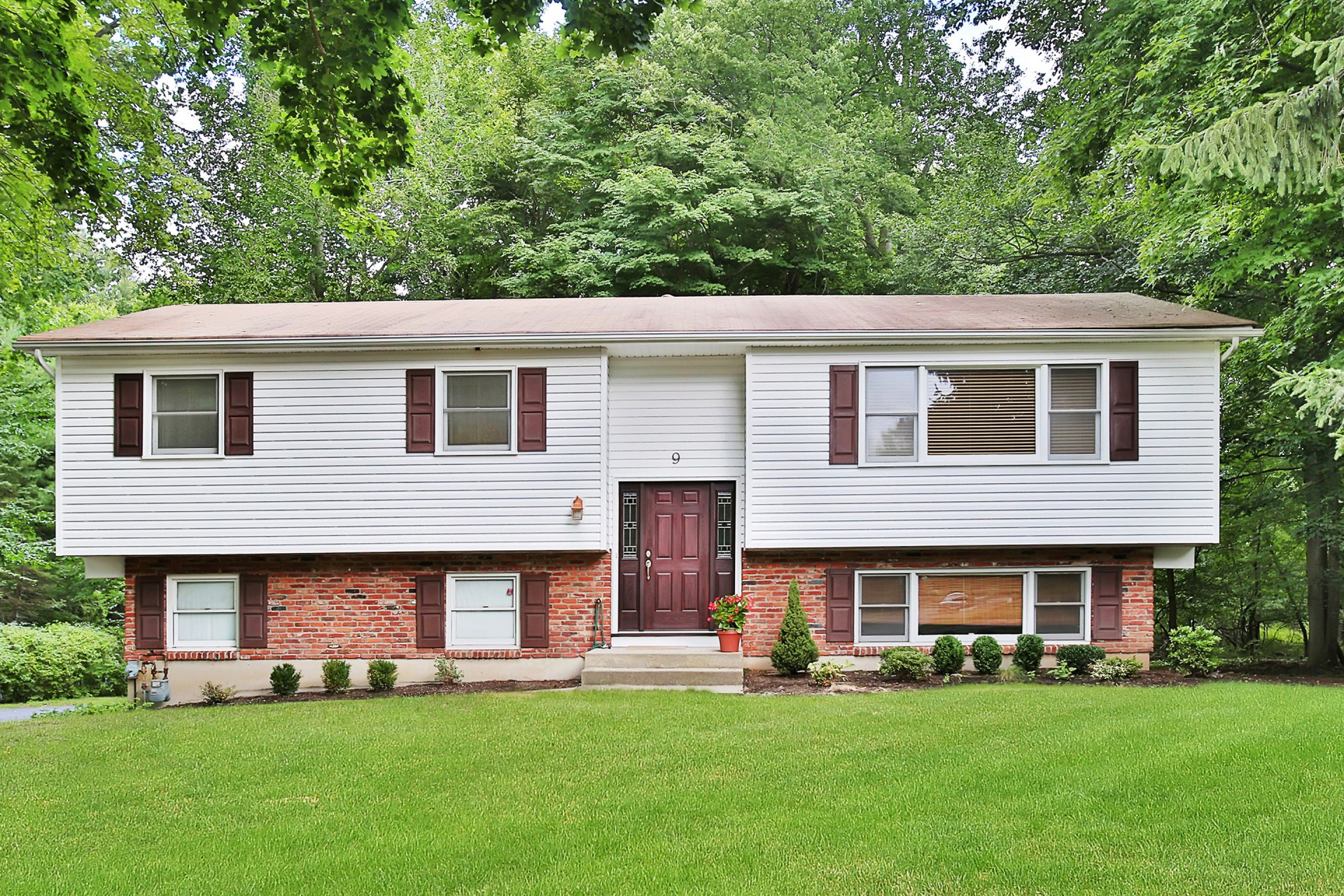 Single Family Home for Sale at Lovingly Maintained 9 Verona Court Clarkstown, New York 10956 United States