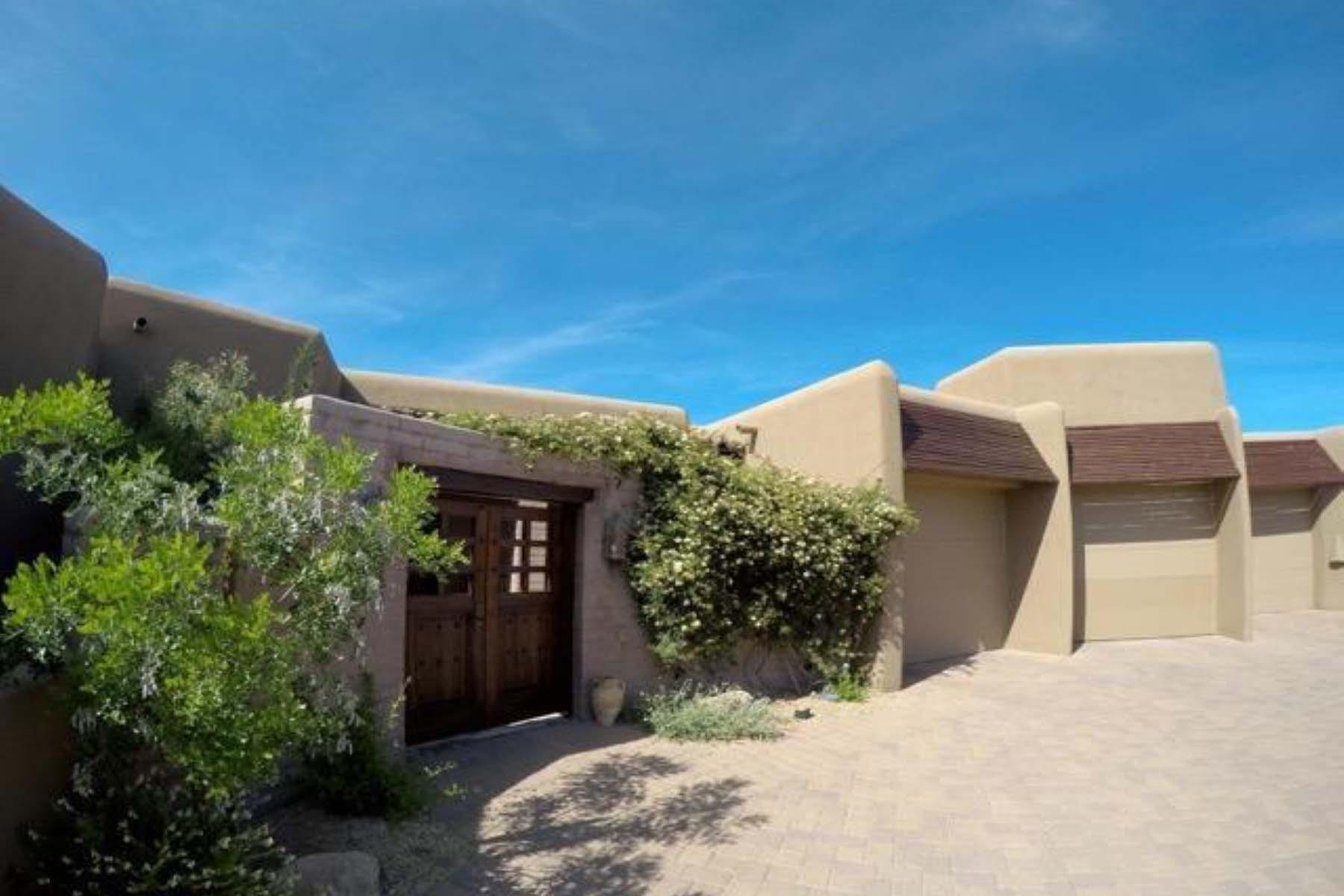 Casa para uma família para Venda às This beautiful home is a private sanctuary in the desert. 39727 N 106TH PL #111 Scottsdale, Arizona 85262 Estados Unidos