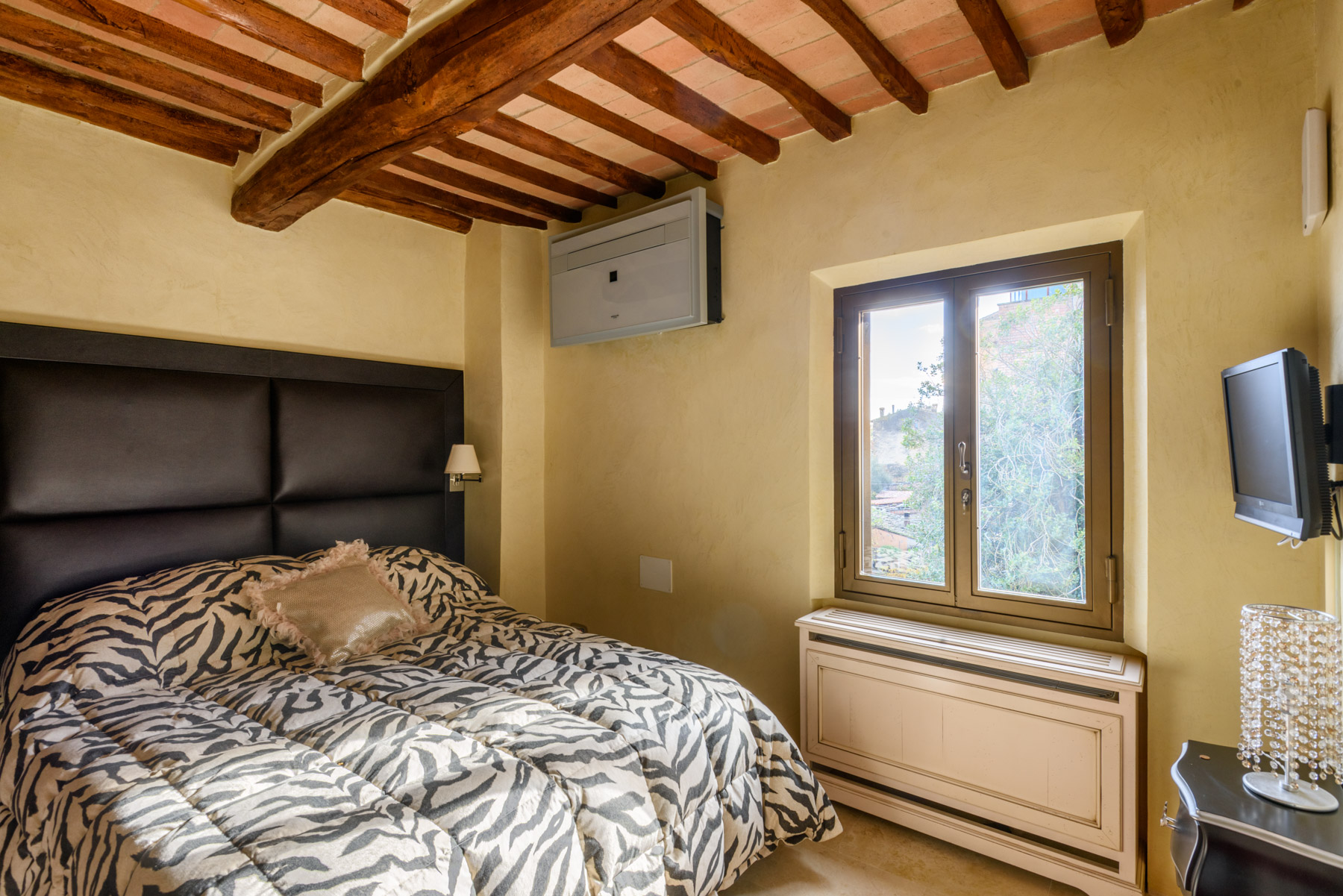 Additional photo for property listing at Medieval Tower in the center of San Gimignano Vicolo delle Vergini San Gimignano, Siena 53037 Italien