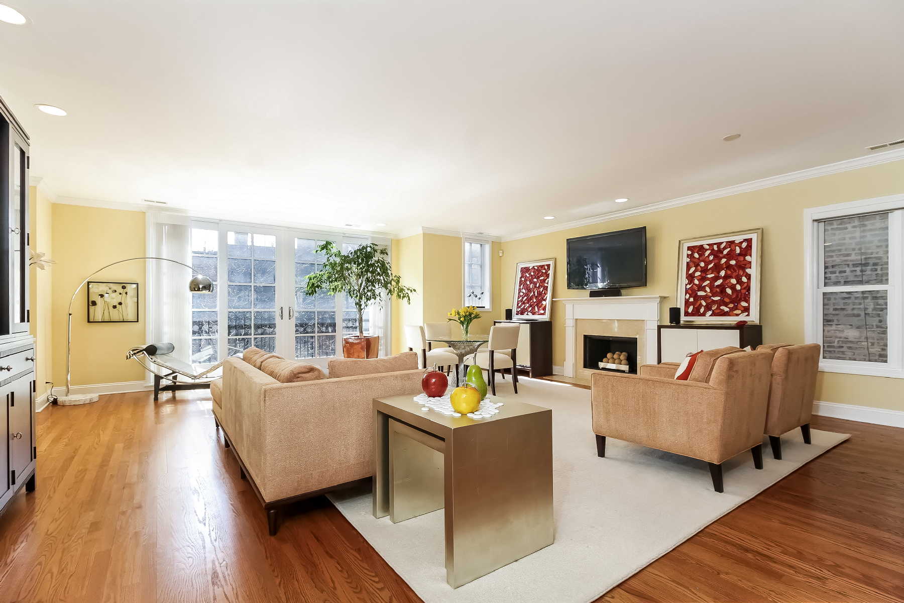 Condominium for Sale at Extra-Wide and Bright Flat 622 W Oakdale Avenue Chicago, Illinois, 60657 United States