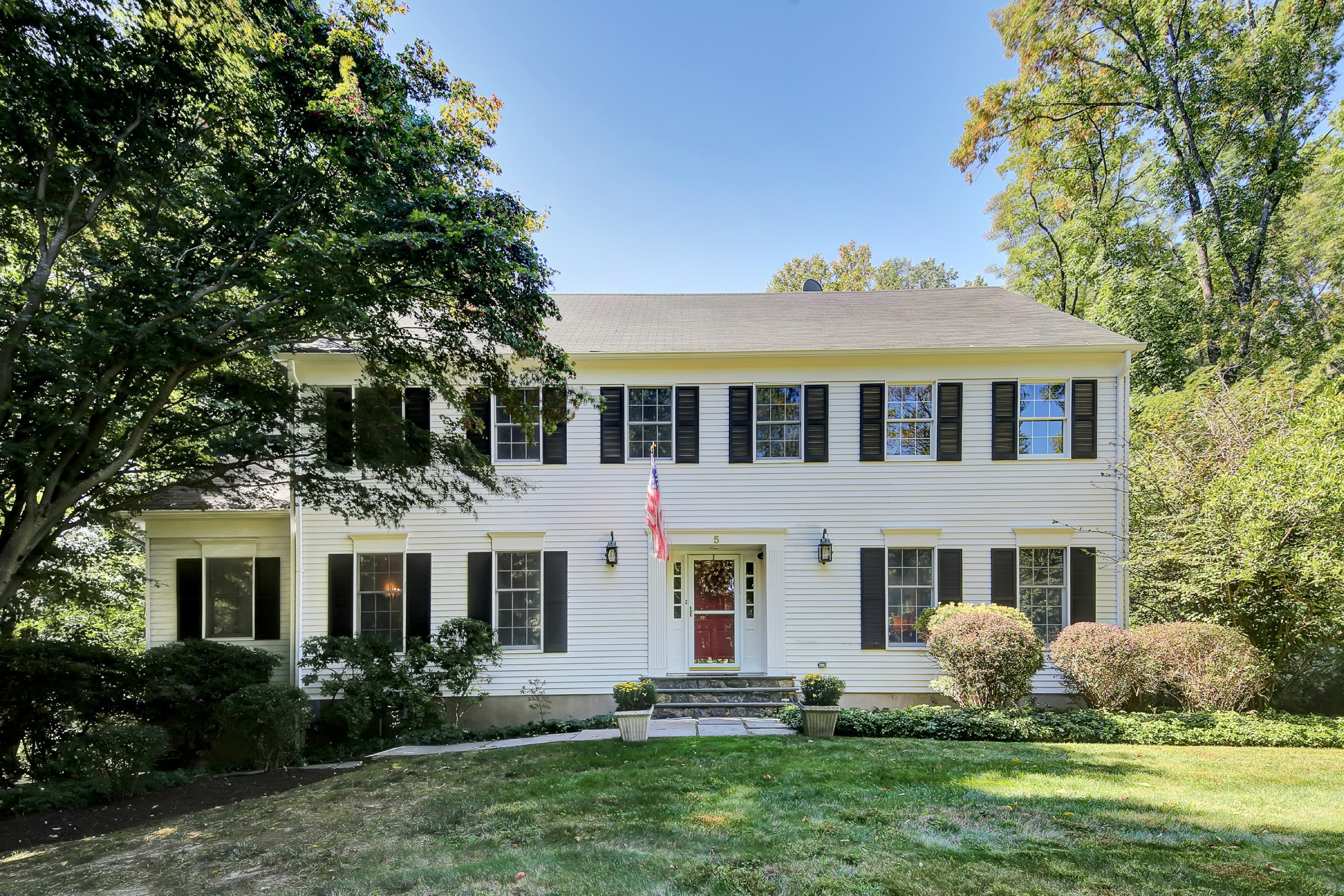 Maison unifamiliale pour l Vente à Charming Classic Colonial 5 Military Hill Drive Harding Township, New Jersey 07976 États-Unis