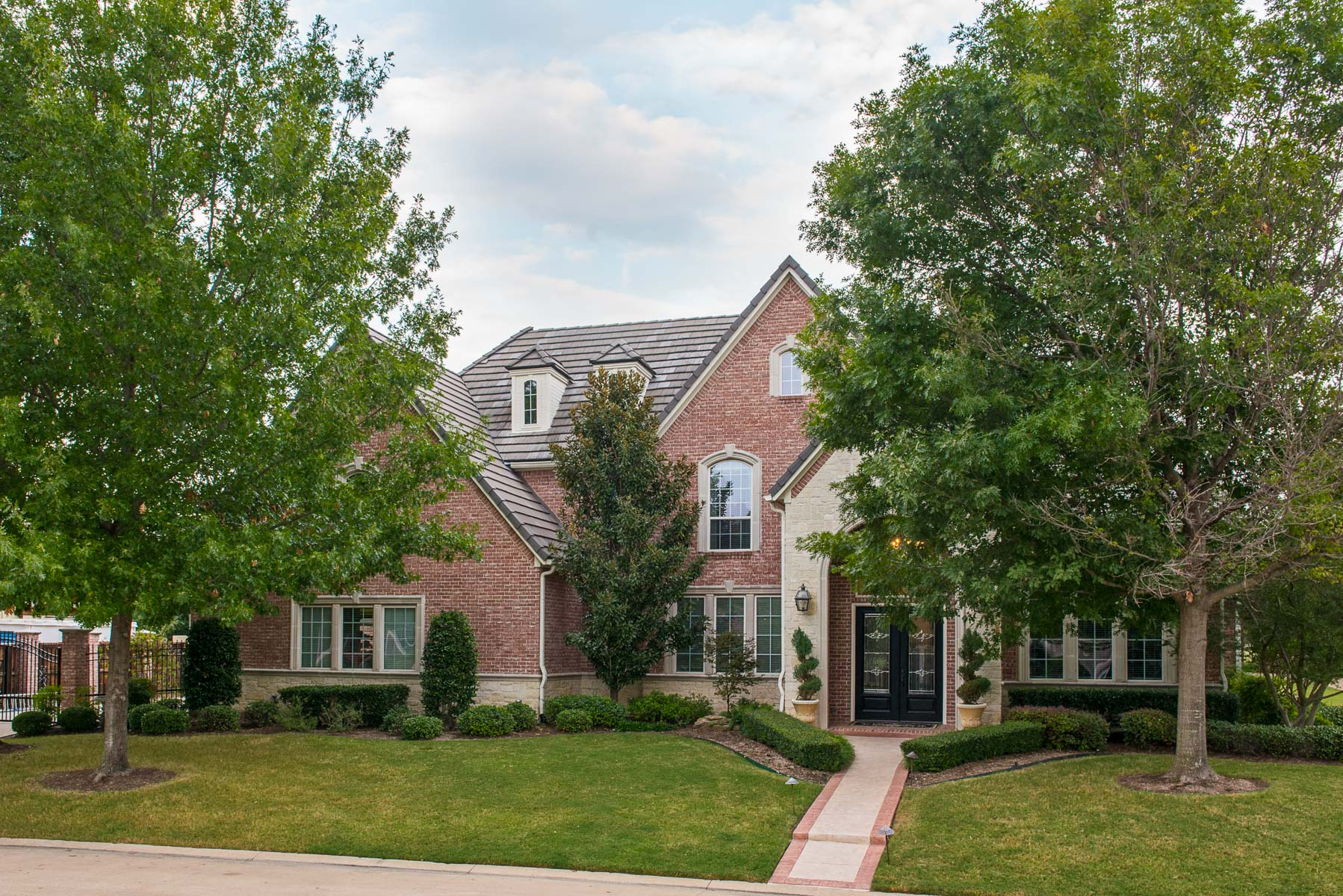 Villa per Vendita alle ore Traditional Mira Vista Home in Gated Golf Course Community 6933 Shadow Creek Court Fort Worth, Texas 76132 Stati Uniti