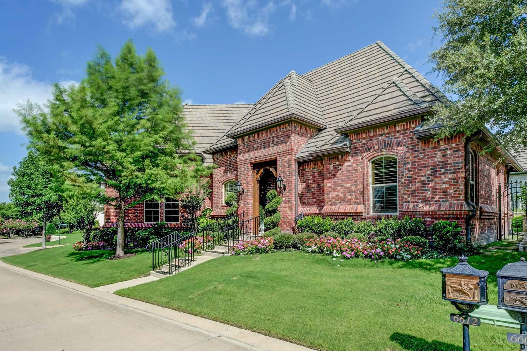 Villa per Vendita alle ore Beautiful Mira Vista Garden Home 6612 Augusta Rd Fort Worth, Texas, 76132 Stati Uniti