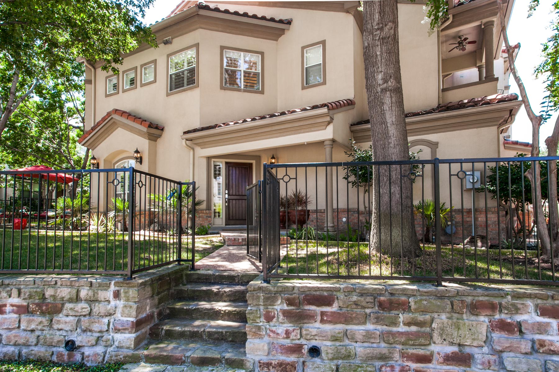 多棟聯建住宅 為 出售 在 Completely Redone Corner Lot Townhome 3827 Travis Street Dallas, 德克薩斯州, 75204 美國