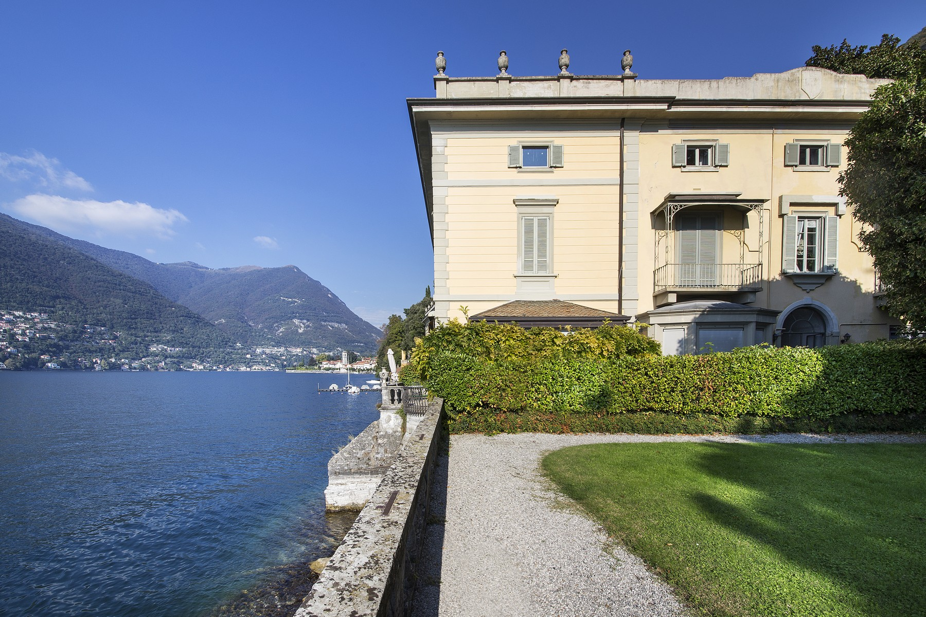 Additional photo for property listing at Elegant apartment in Villa Taverna via Roma Torno, Como 22020 Italien