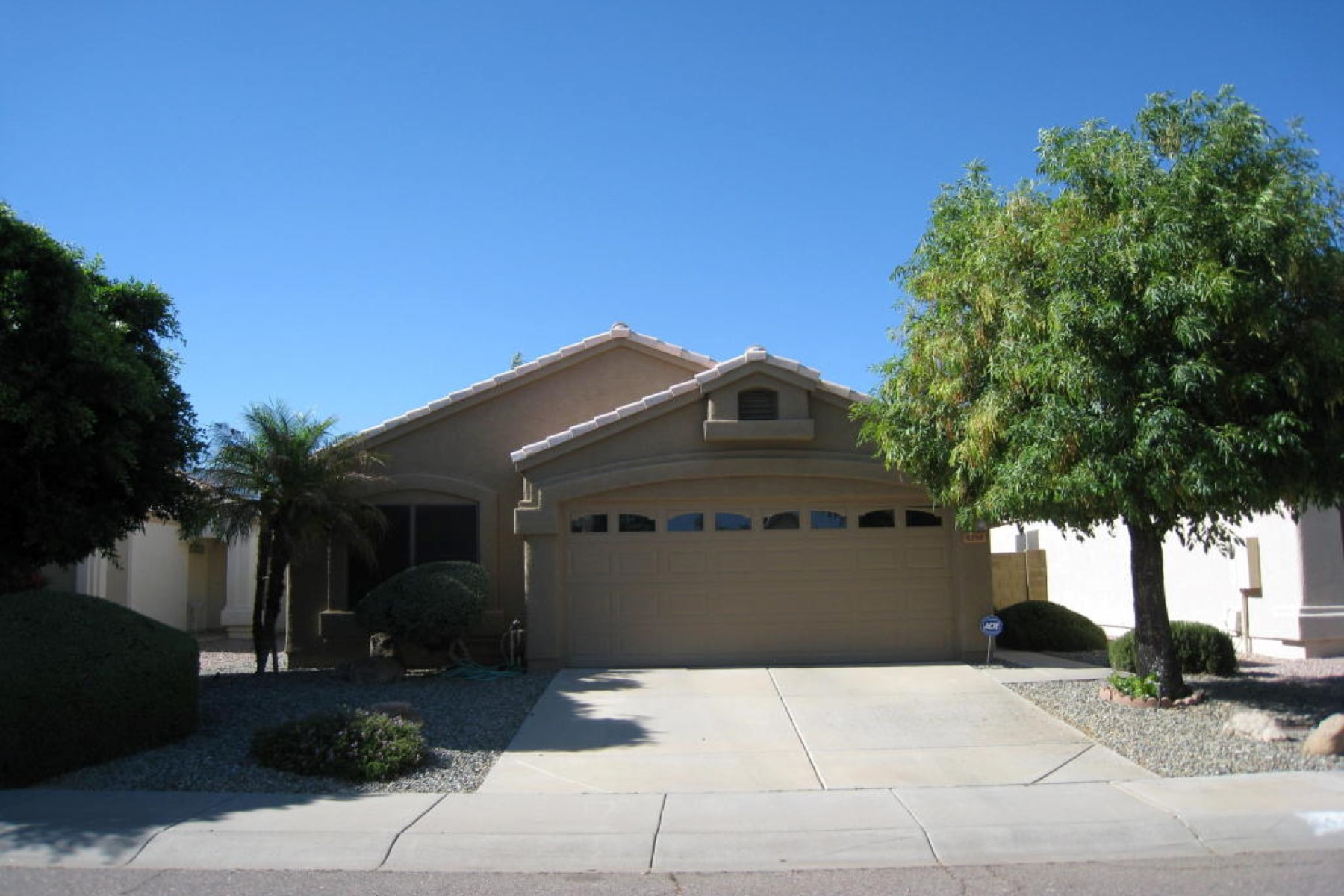 Single Family Home for Sale at Beautiful single level home with three bedrooms and two baths. 4356 E HARTFORD AVE Phoenix, Arizona 85032 United States
