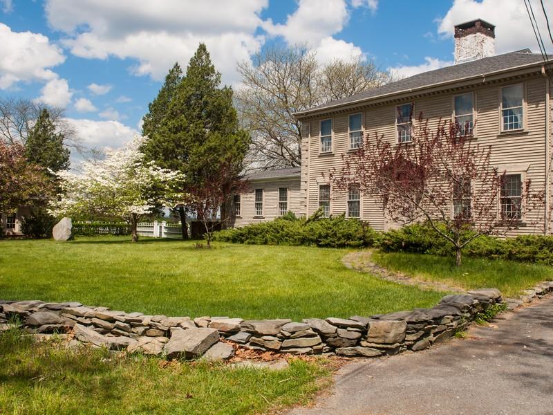 Maison unifamiliale pour l Vente à 108 Poppasquash Rd 108 Poppasquash Road Bristol, Rhode Island 02809 États-Unis