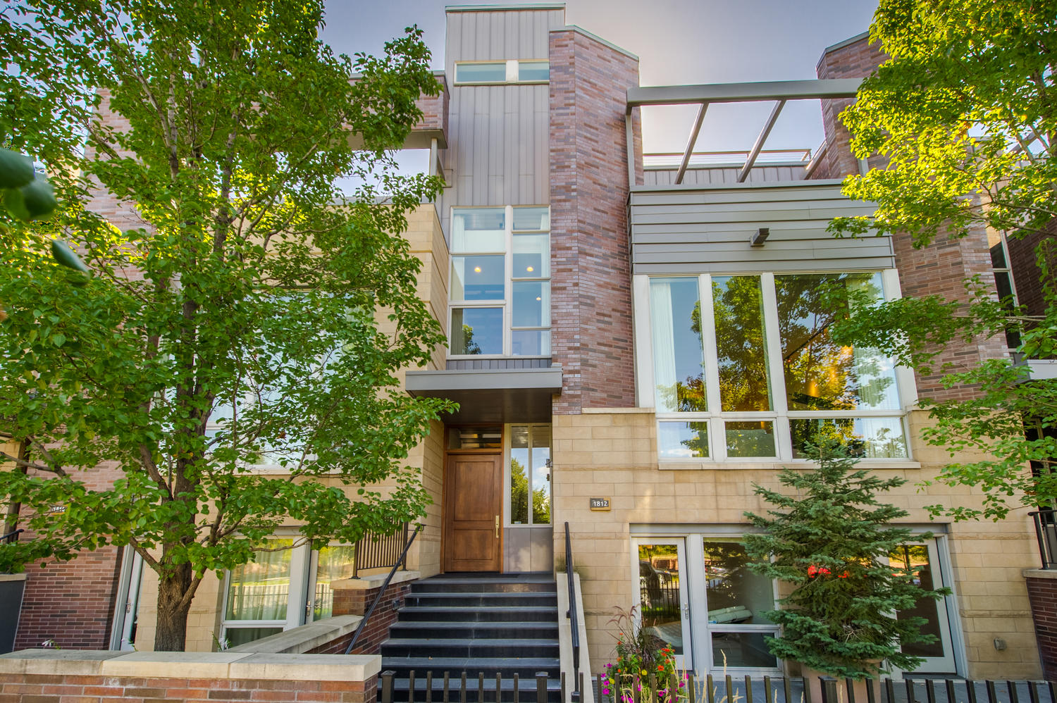 Casa unifamiliar adosada (Townhouse) por un Venta en The Riverfront Brownstones are the epitome of luxury living! 1812 Little Raven Street Denver, Colorado 80202 Estados Unidos
