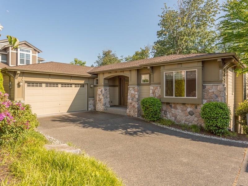 Casa para uma família para Venda às Elegant Harbour Pointe Home 6728 Waterton Circle Mukilteo, Washington 98275 Estados Unidos