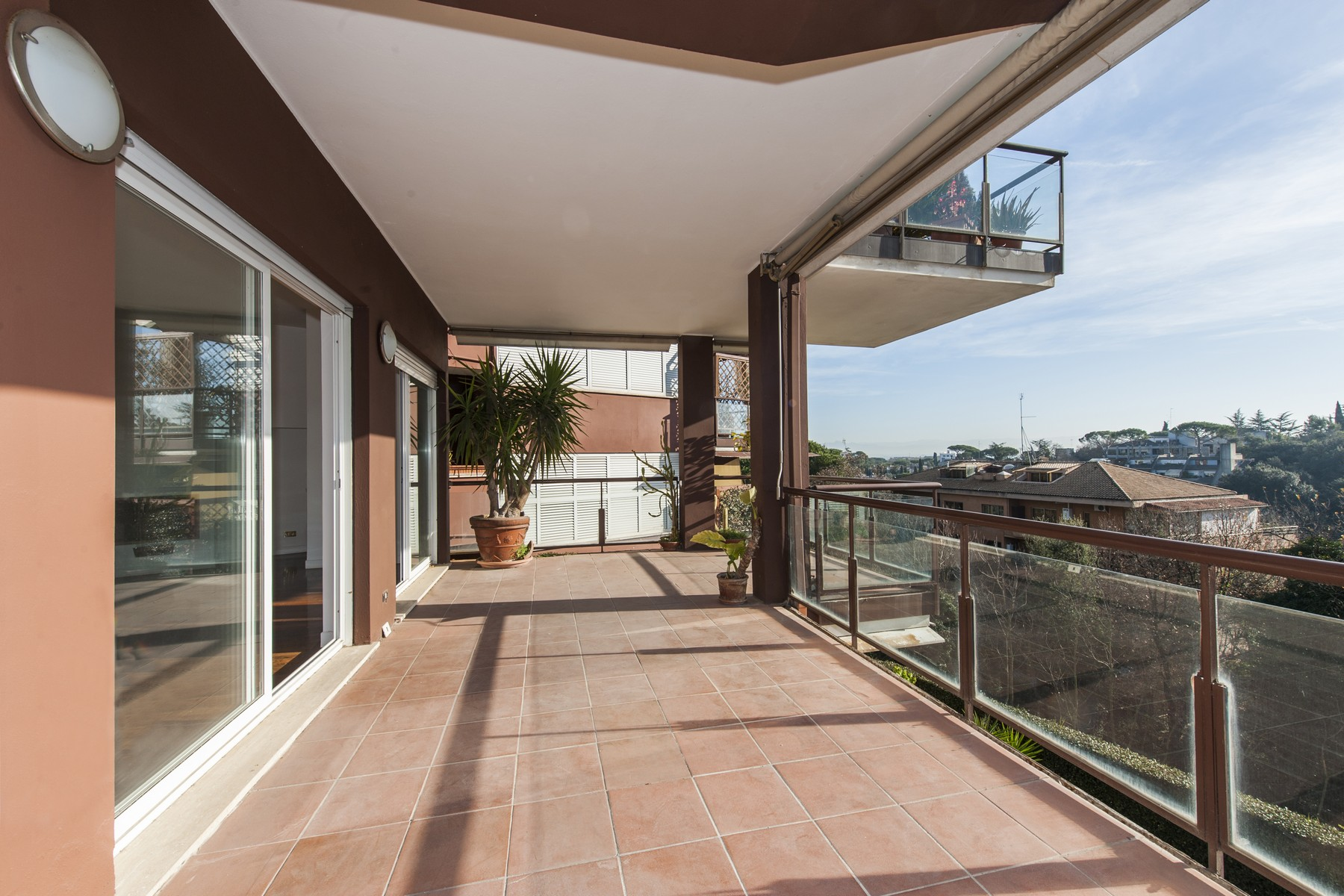 Additional photo for property listing at Bright apartment with beautiful view overlooking the green Rome, Roma Italia