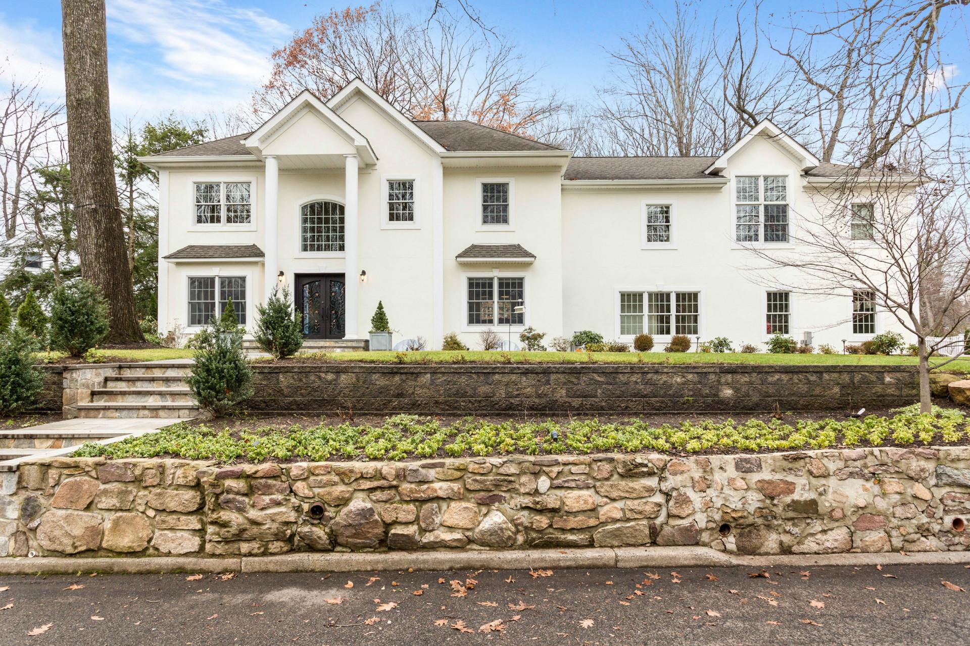 Maison unifamiliale pour l Vente à Majestically Set East Hill 21 Edgewood St Tenafly, New Jersey 07670 États-Unis