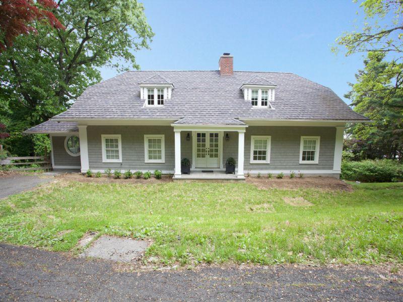 Частный односемейный дом для того Продажа на Perfect Beautifully Updated 4 Bedroom Home! 897 S Route 9W Nyack, Нью-Йорк 10960 Соединенные Штаты