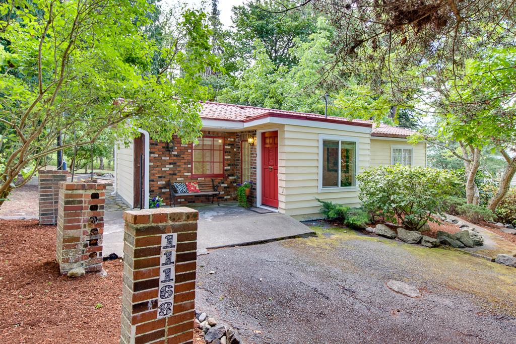 Maison unifamiliale pour l Vente à Wing Point Bungalow 11168 NE Wing Point Dr Bainbridge Island, Washington, 98110 États-Unis