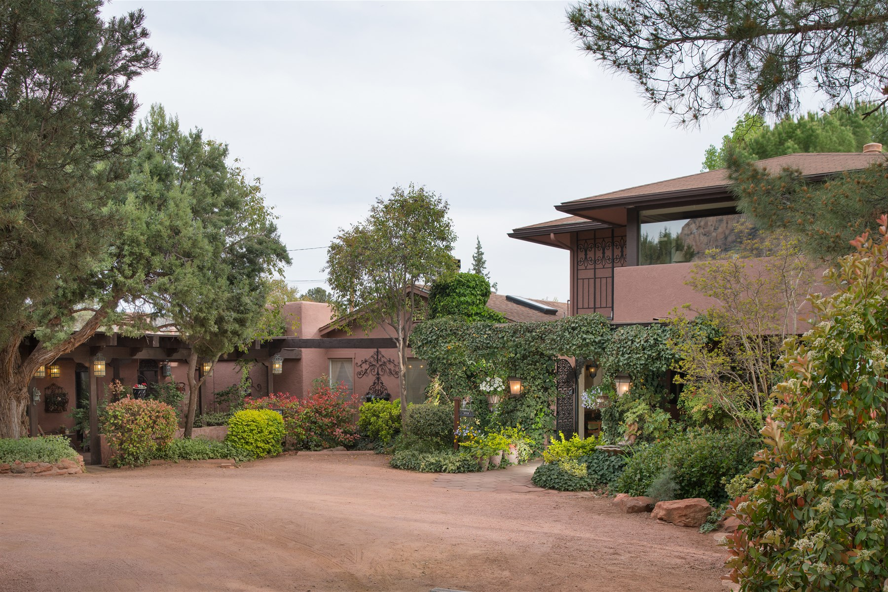 Casa Multifamiliar por un Venta en Award Winning Bed and Breakfast located in the heart of West Sedona 3085 W State Route 89a Sedona, Arizona, SEDON Estados Unidos