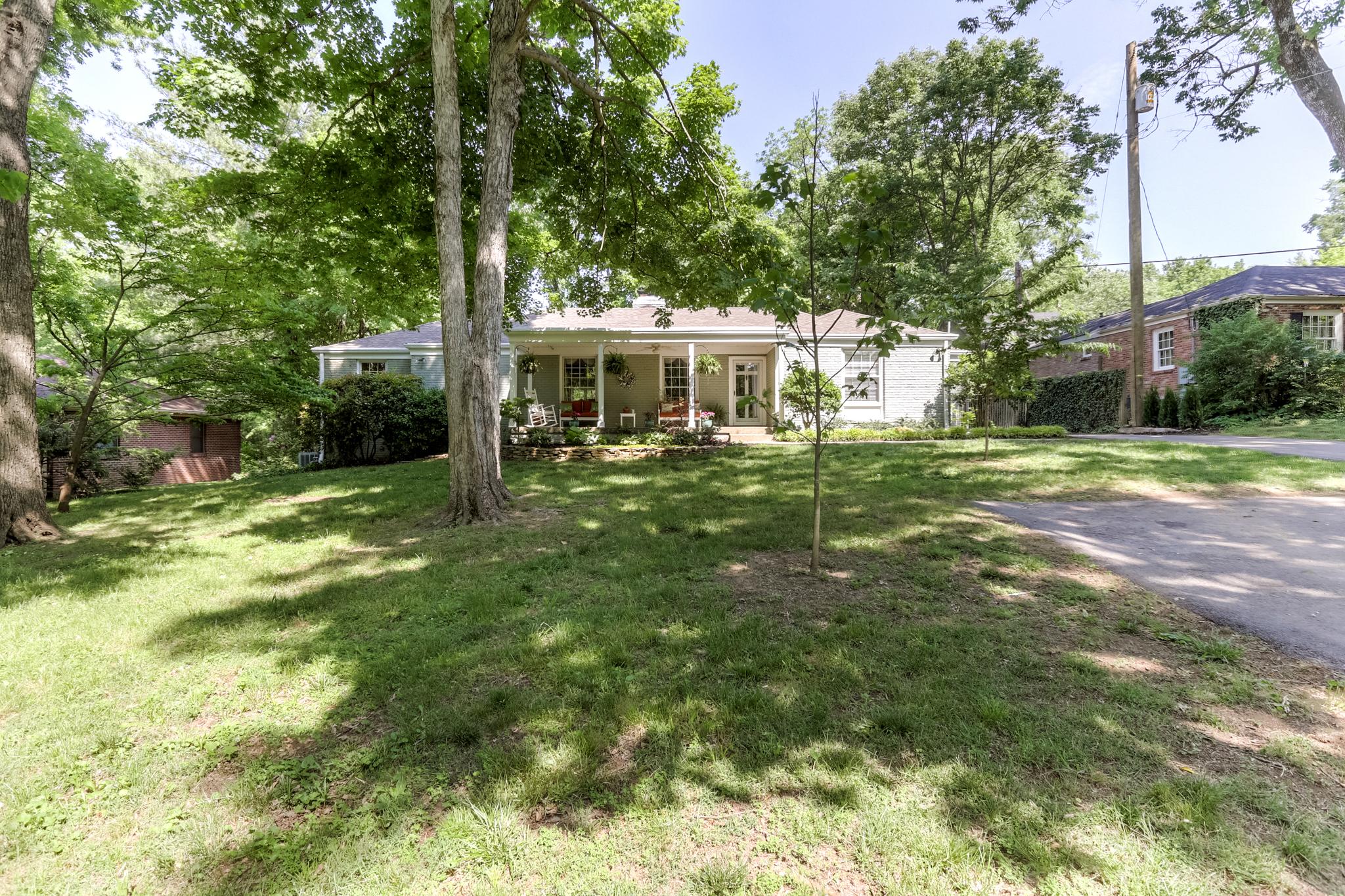 Частный односемейный дом для того Продажа на Renovated Green Hills Home 4004 Wallace Lane Green Hills, Nashville, Теннесси, 37215 Соединенные Штаты