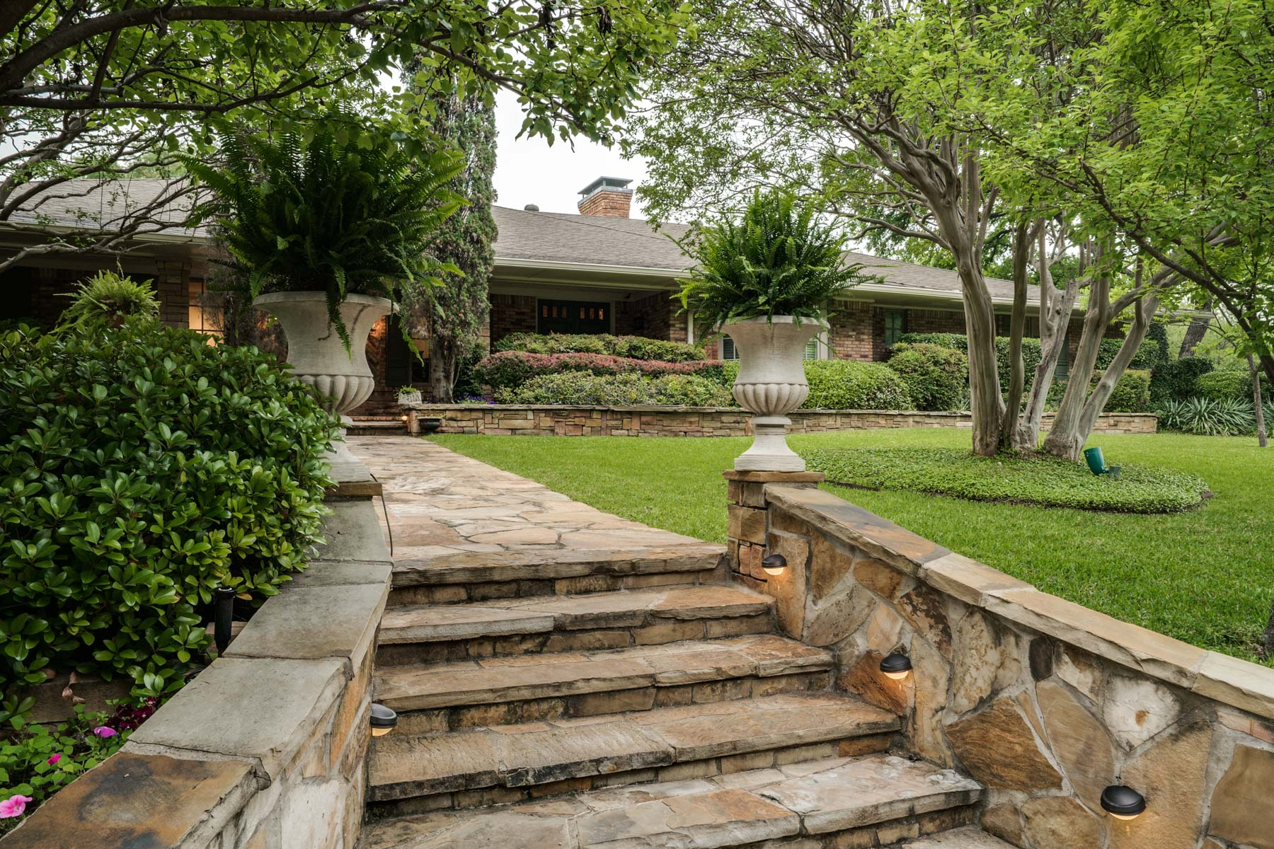 獨棟家庭住宅 為 出售 在 North Dallas Traditional Ranch 6159 Preston Creek Drive Dallas, 德克薩斯州, 75240 美國
