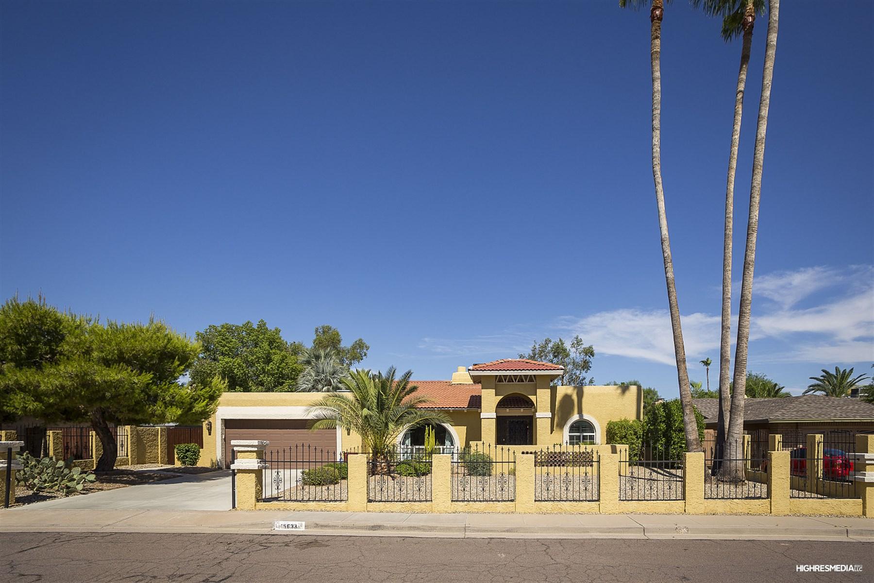 Villa per Vendita alle ore three bedroom/den/two bathroom home is not to be missed. 15633 N 54TH PL Scottsdale, Arizona 85254 Stati Uniti