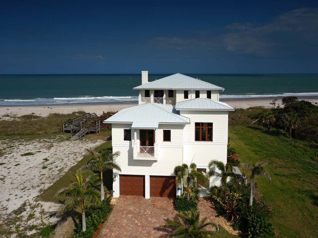 独户住宅 为 销售 在 Extraordinary Avalon Beach Oceanfront Home with Elevator 6408 Ocean Estates Ct Fort Pierce, 佛罗里达州 34949 美国