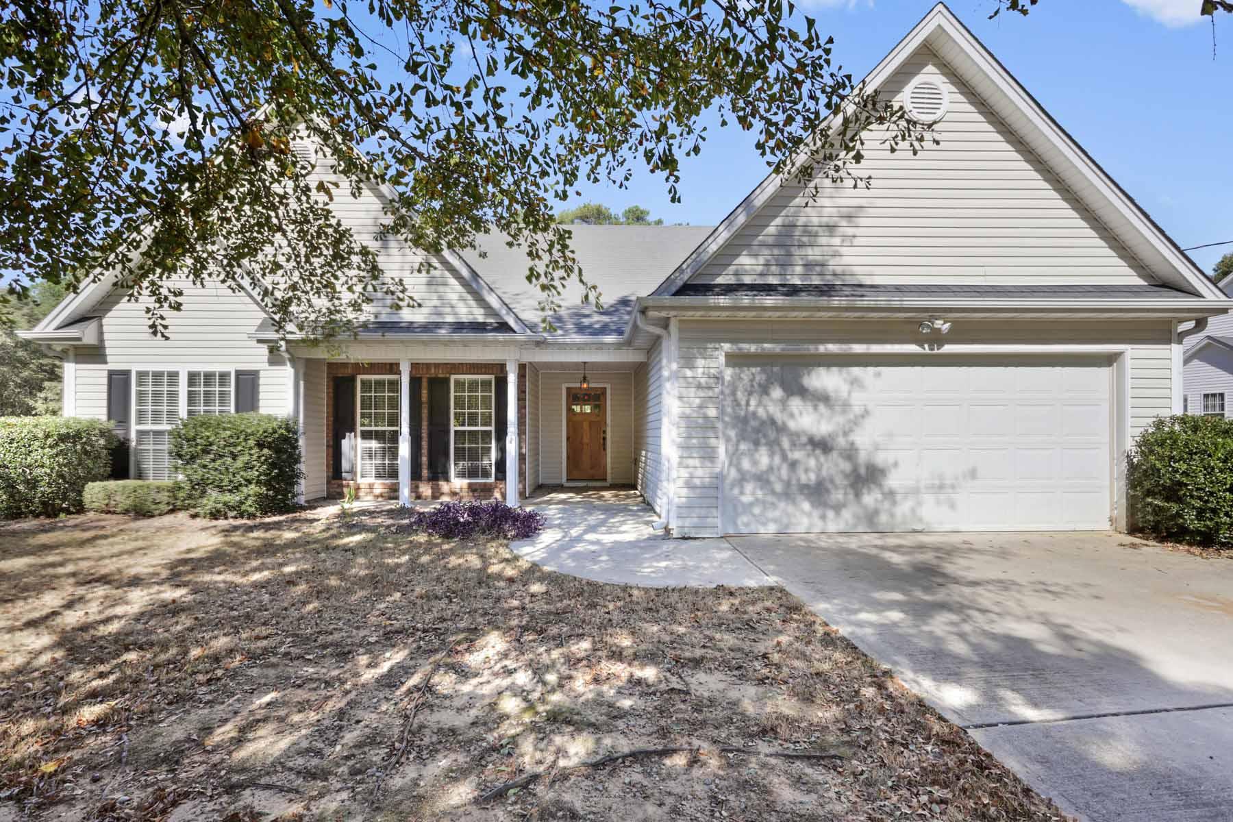 Maison unifamiliale pour l Vente à Charming Ranch On Large Lot 561 Old Loganville Road Loganville, Georgia, 30052 États-Unis
