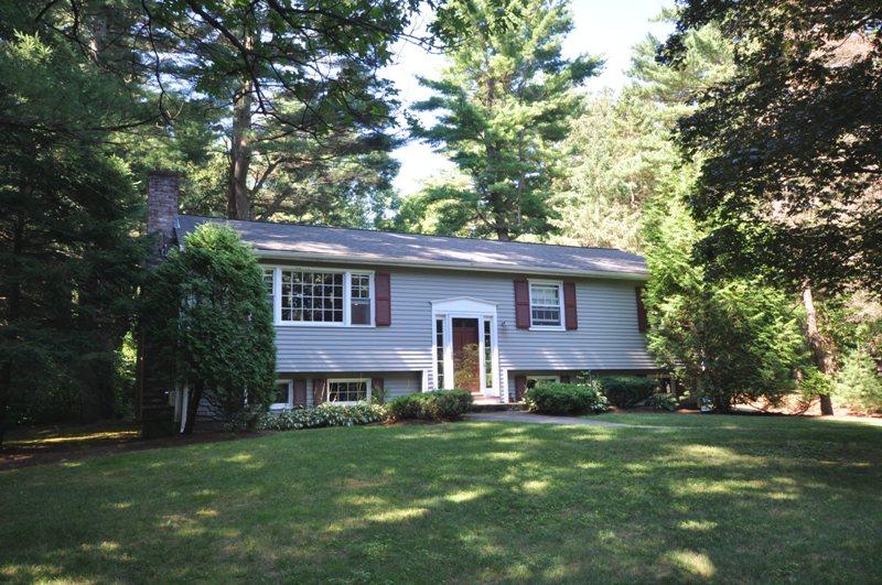 Moradia para Venda às Well Maintened Home On Beautiful Lot 15 Hallett Hill Weston, Massachusetts 02493 Estados Unidos