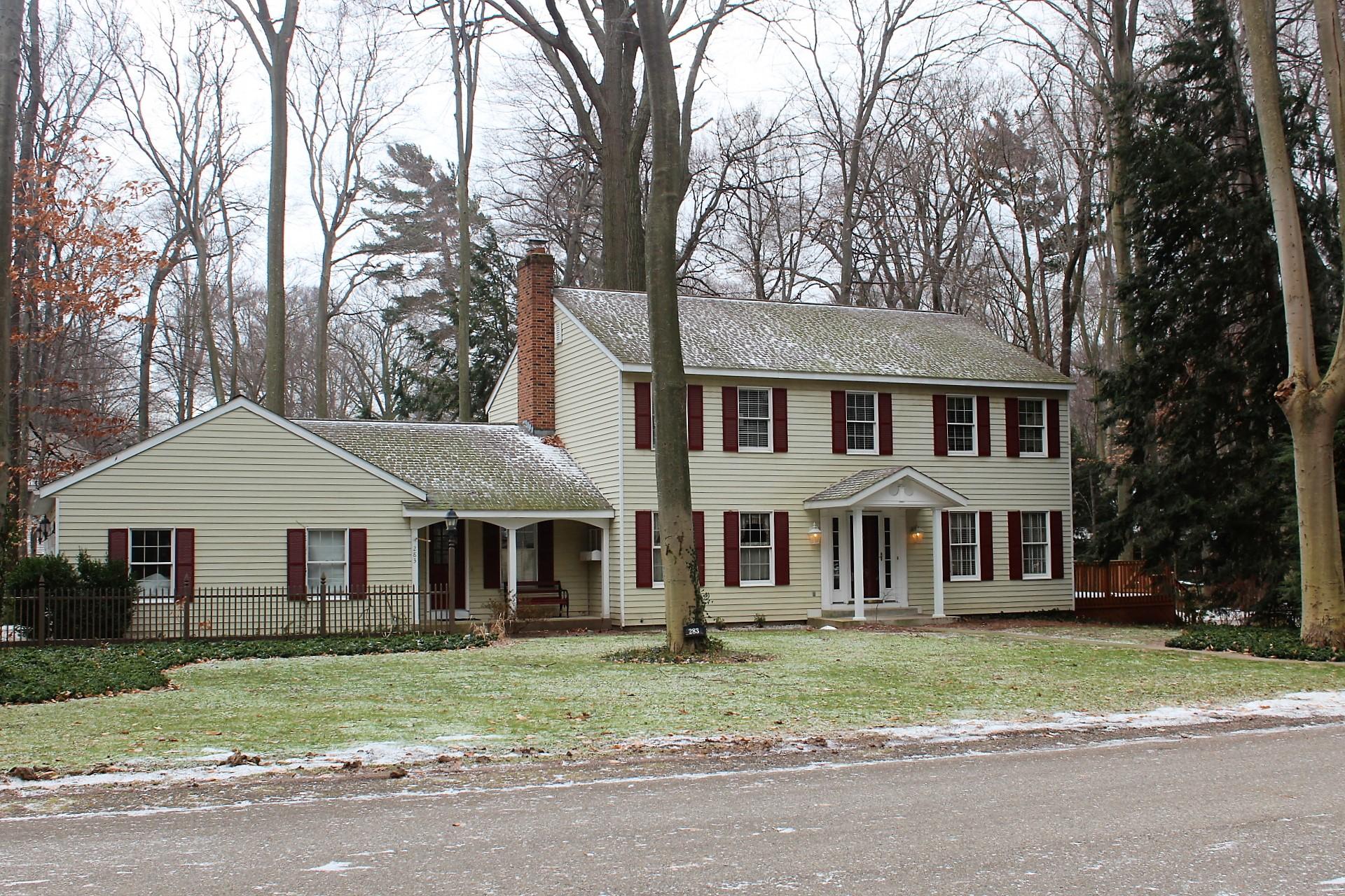 其它住宅 为 销售 在 Wooded Colonial Retreat 283 Portchester 霍德兰, 密歇根州, 49424 美国